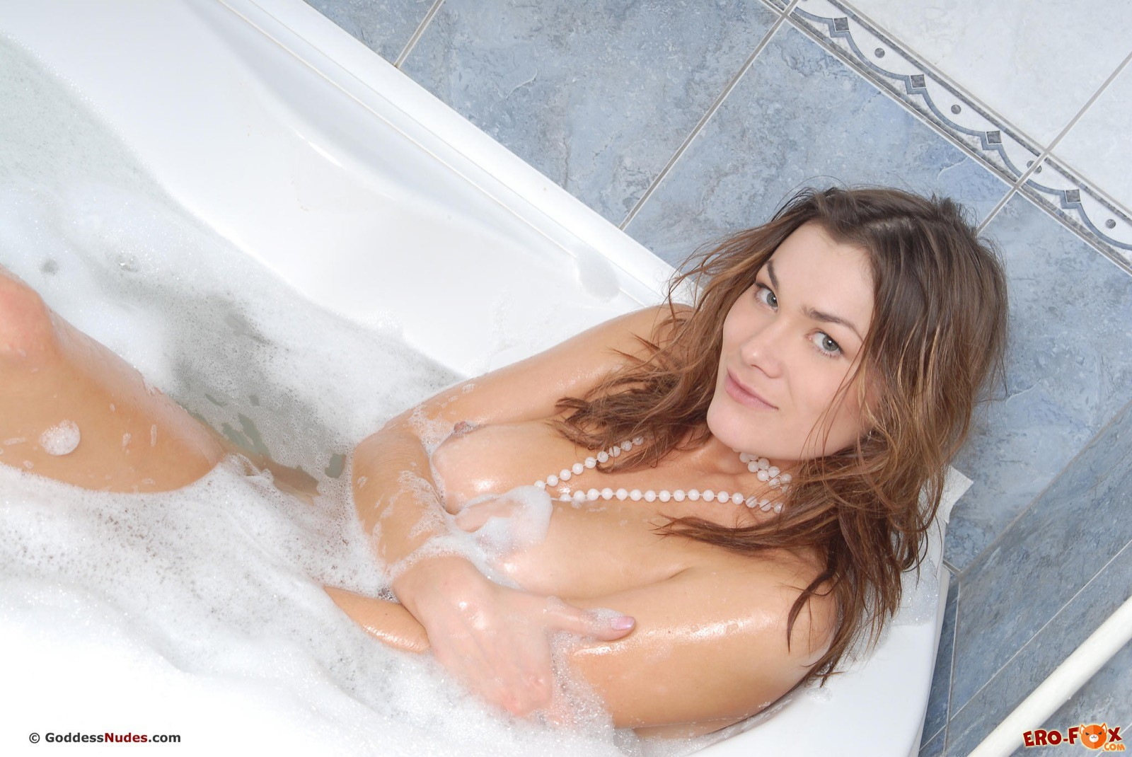 Снимая джинсы красивая девушка моется в ванной