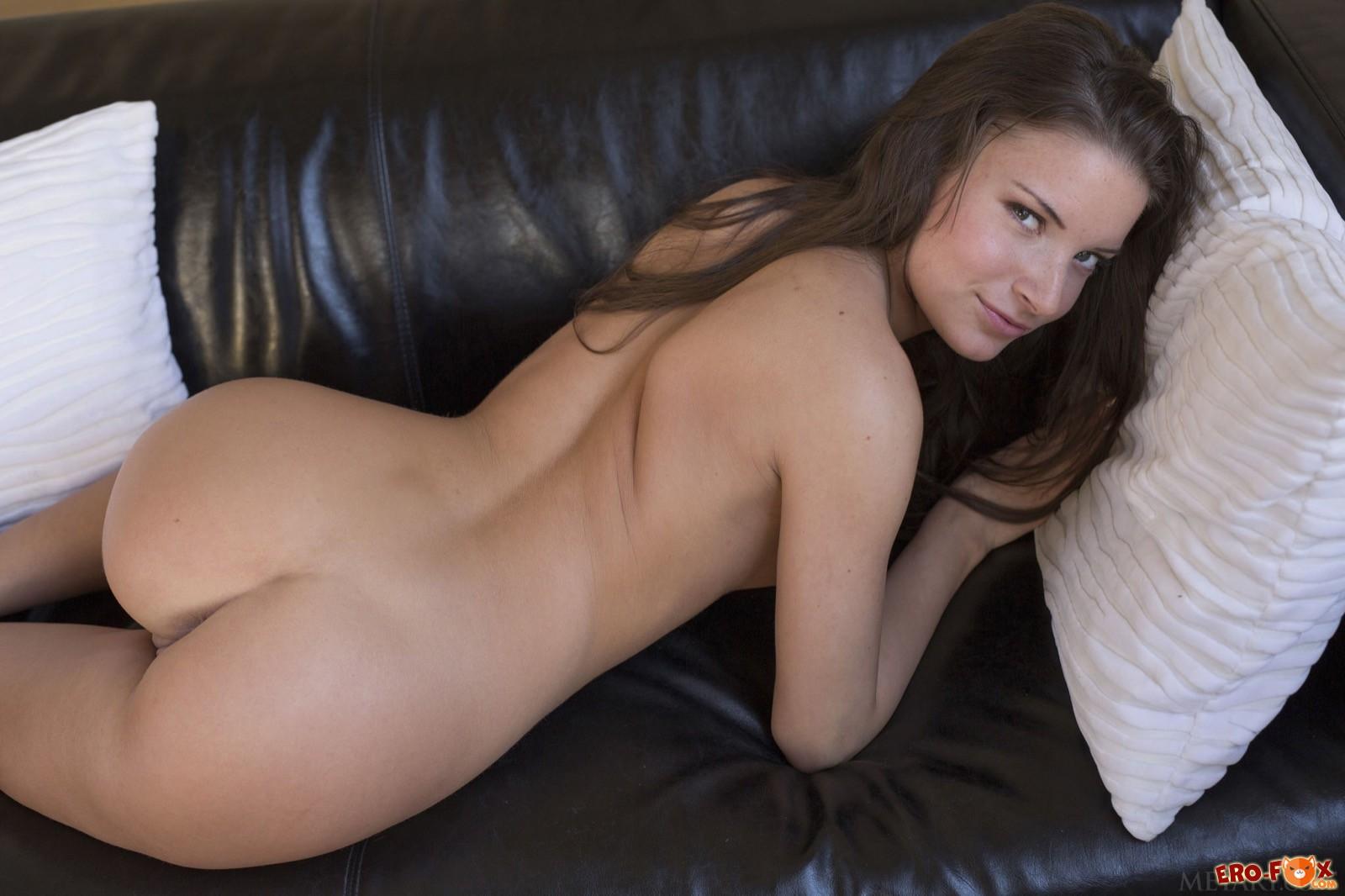 Упругая задница стройной девушки без трусиков