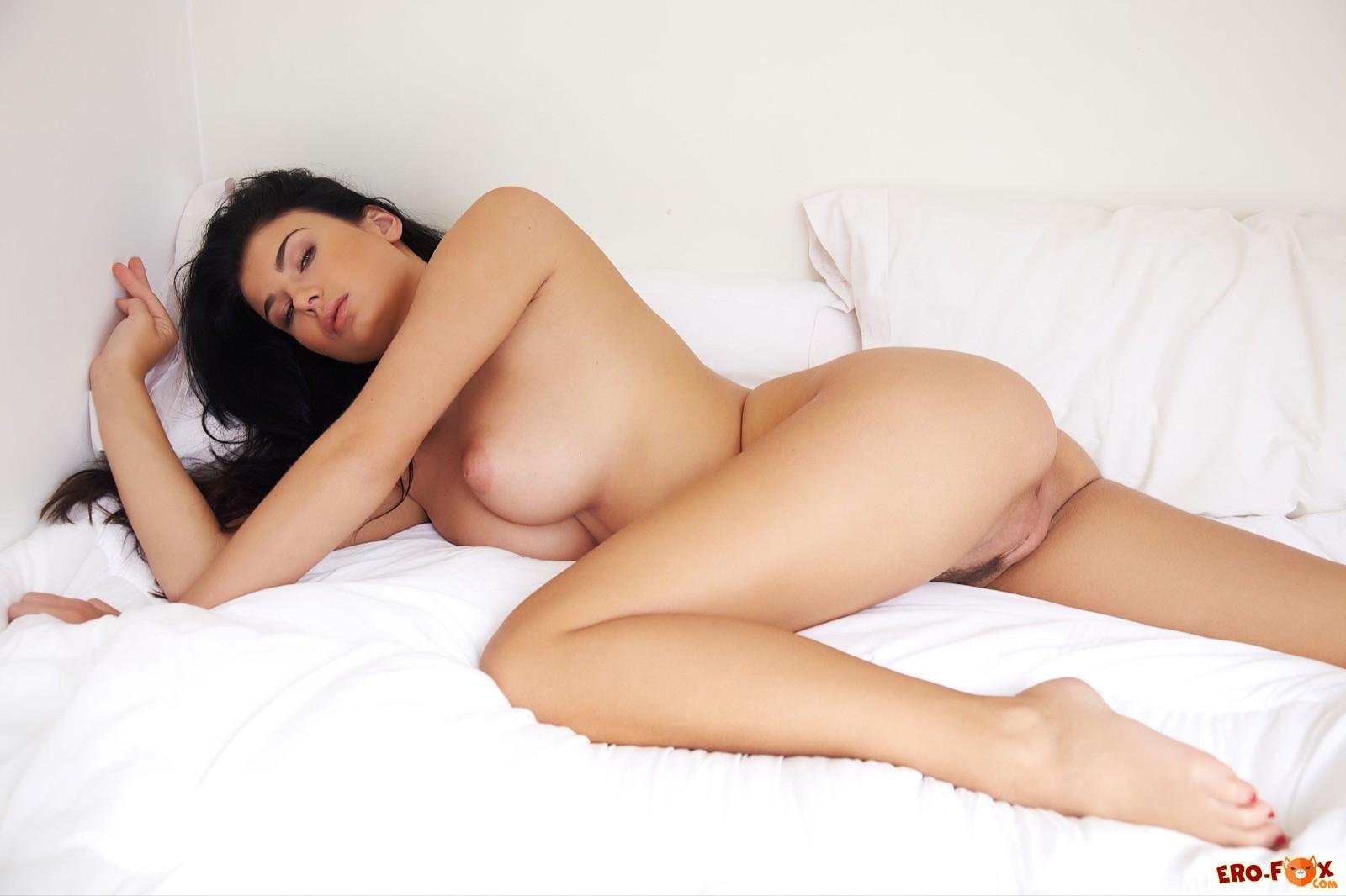 Эффектная брюнетка с пышными дойками в постели