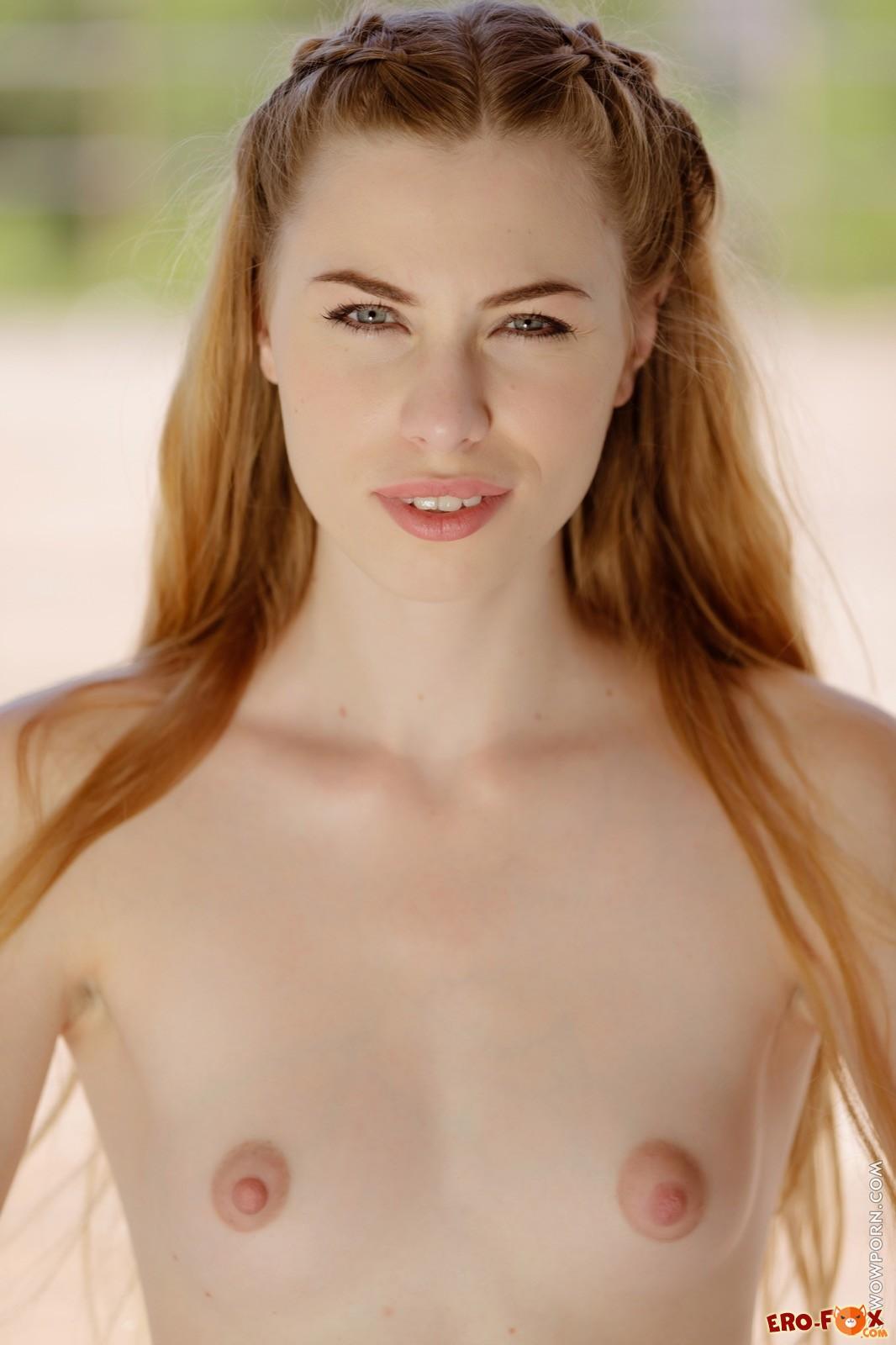 Худая высокая девушка голая перед камерой