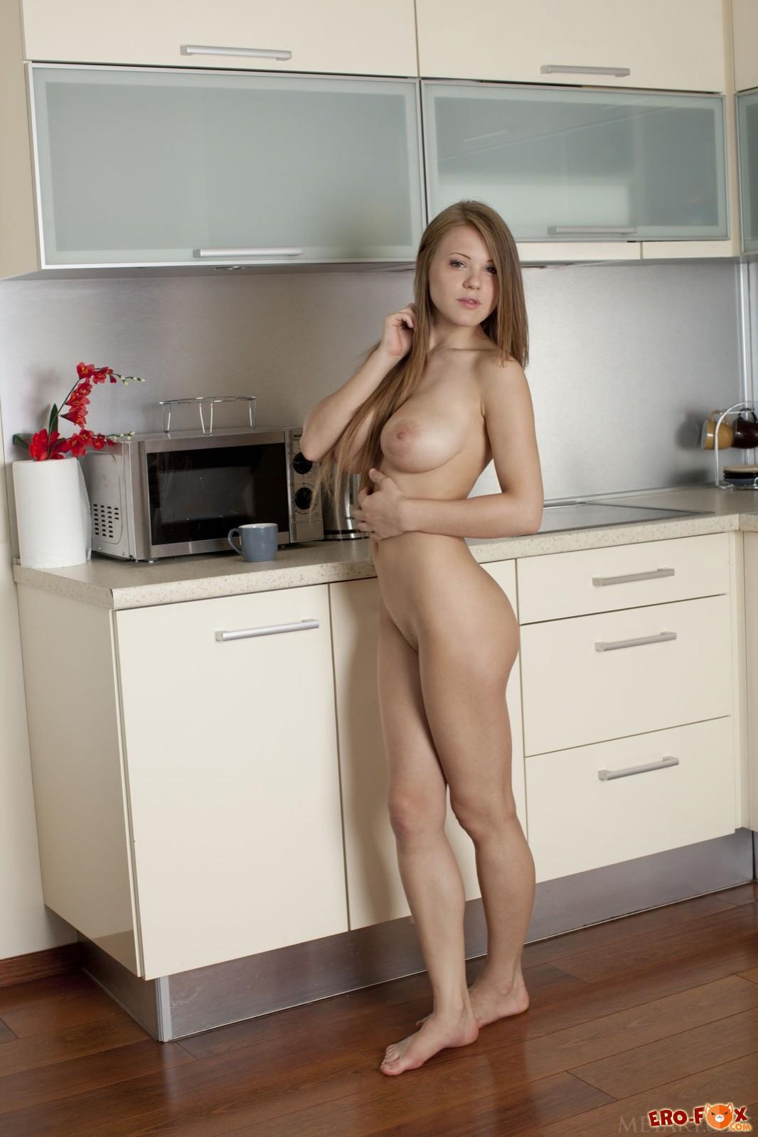 Голая блондинка с большими сиськами на кухне