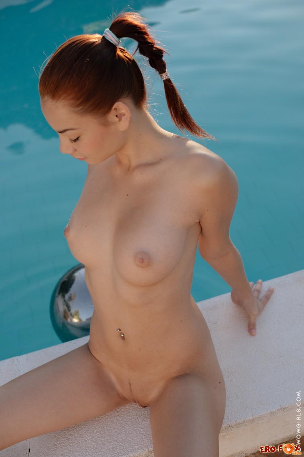 Рыжая девка разделась у бассейна