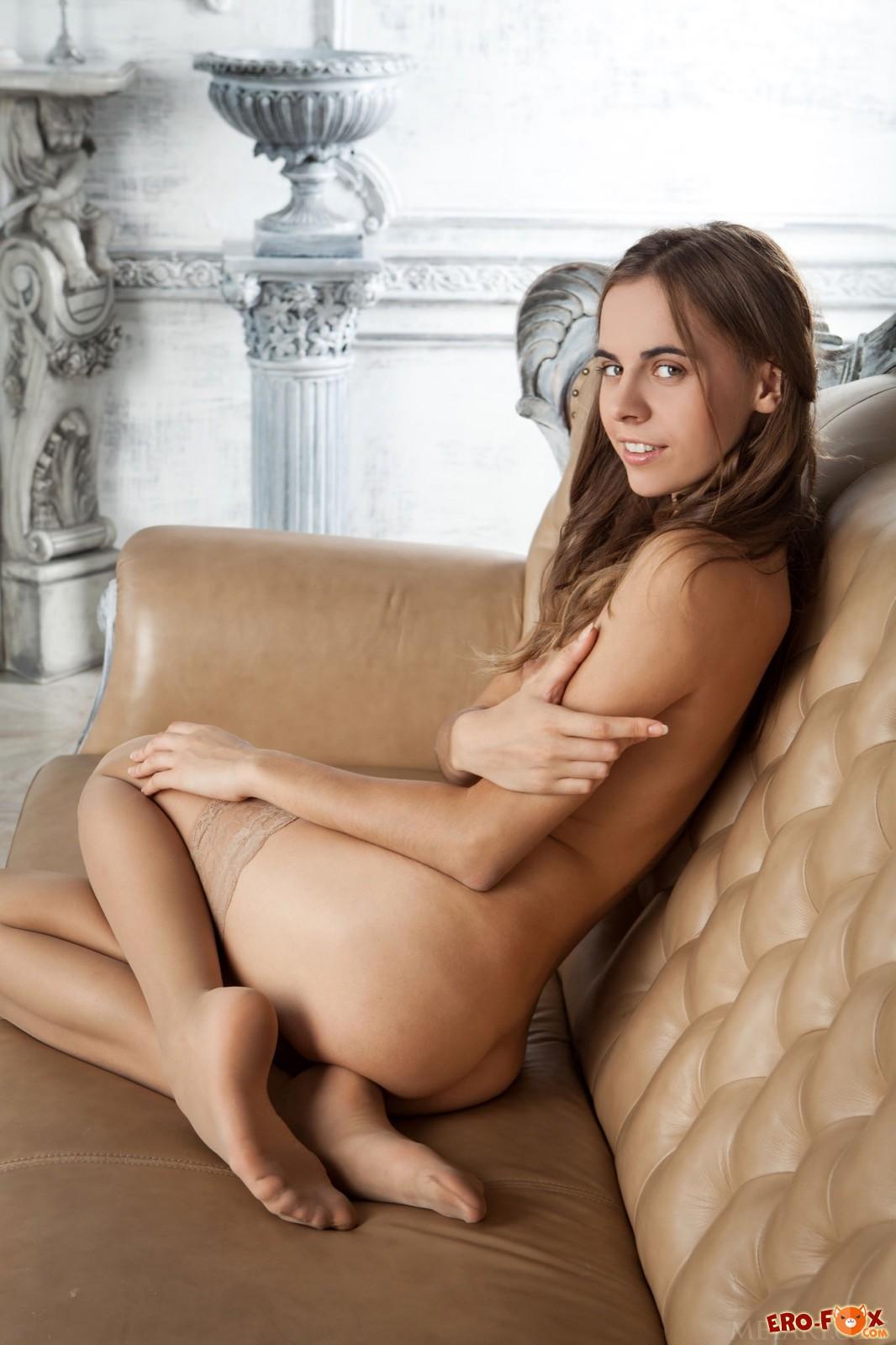 Сексуальная подруга в чулках задирает ножки на диване