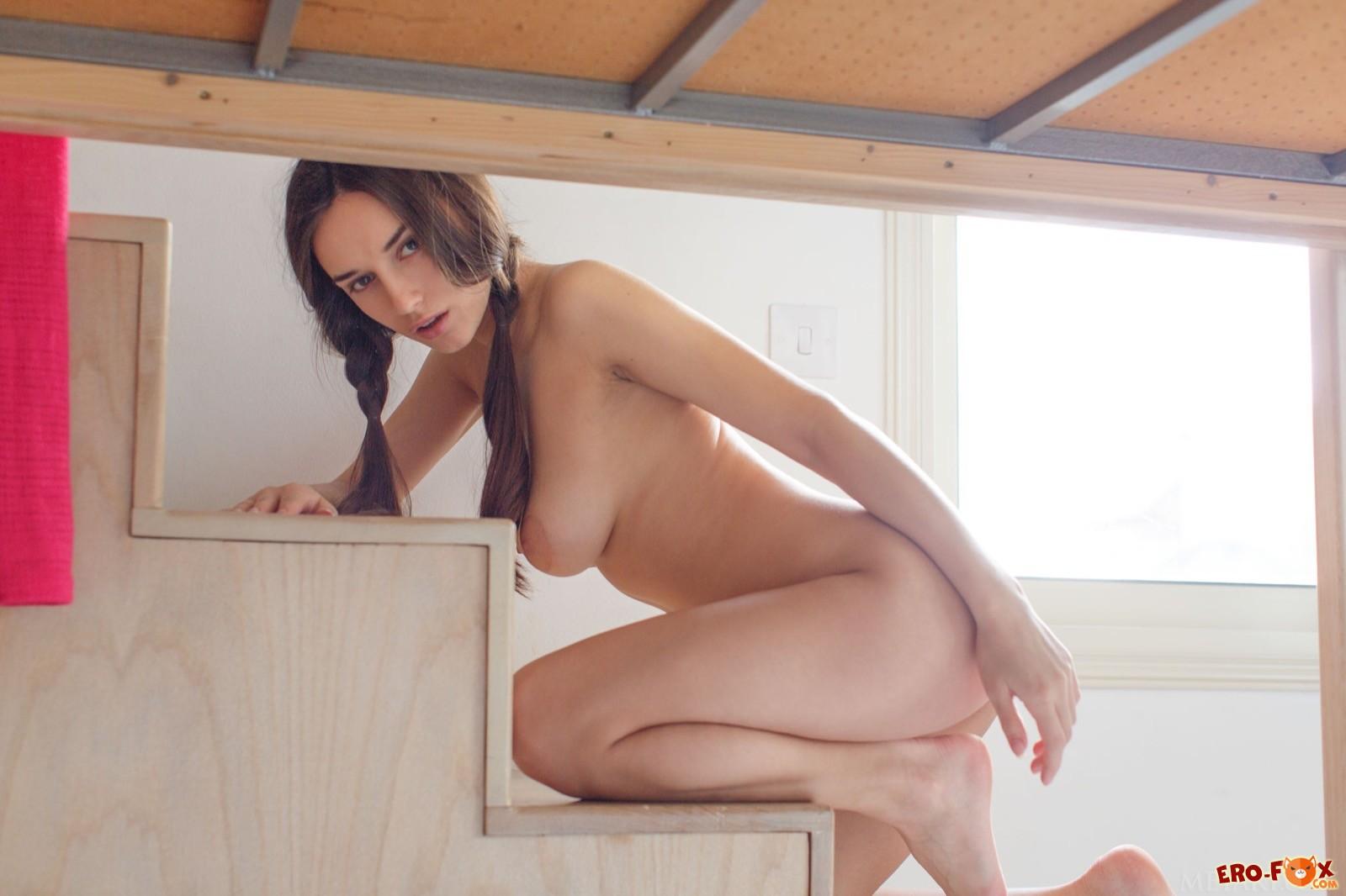 Привлекательная голая девушка с натуральной грудью