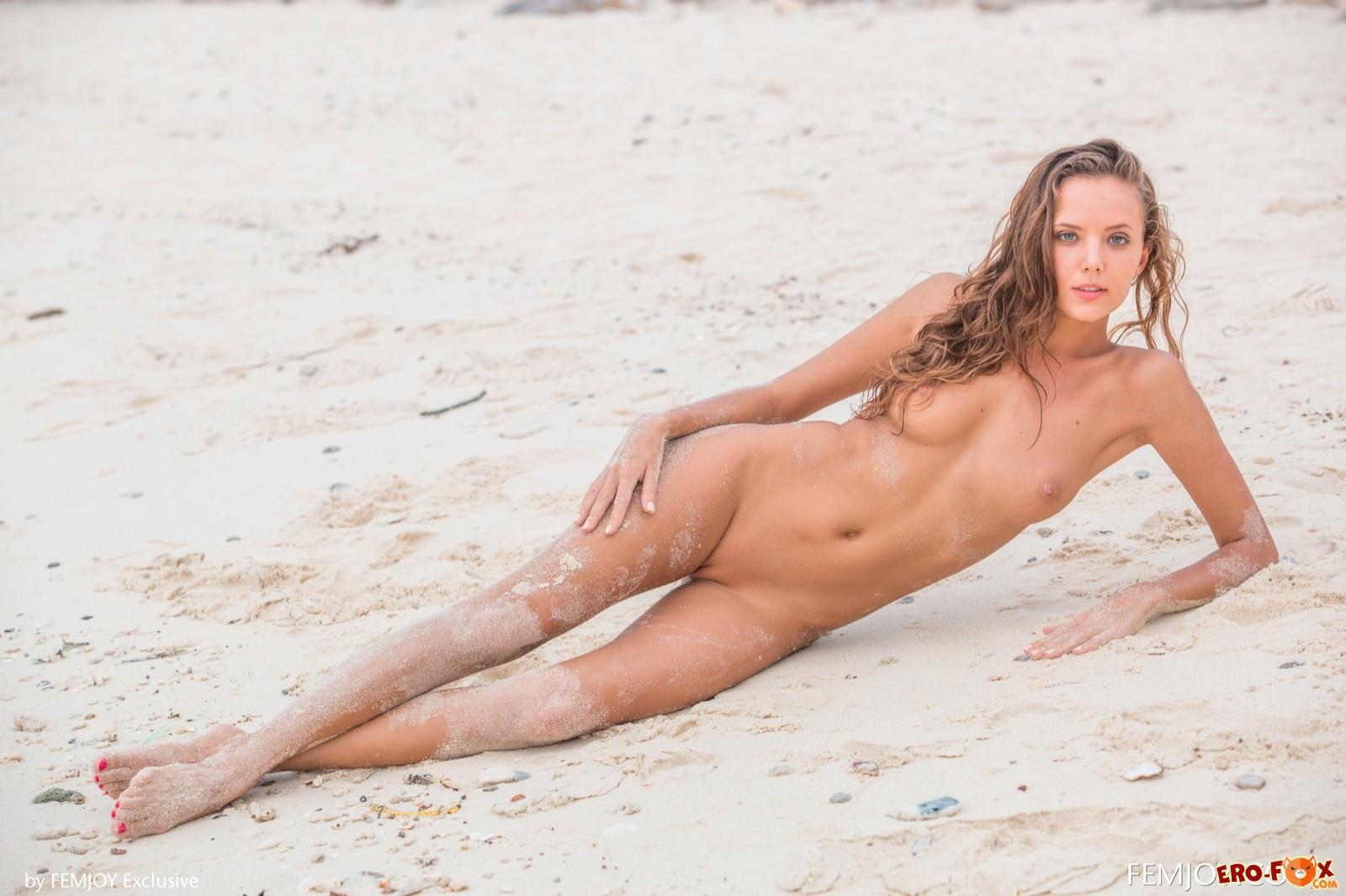 Девушка сняла стринги на пляже