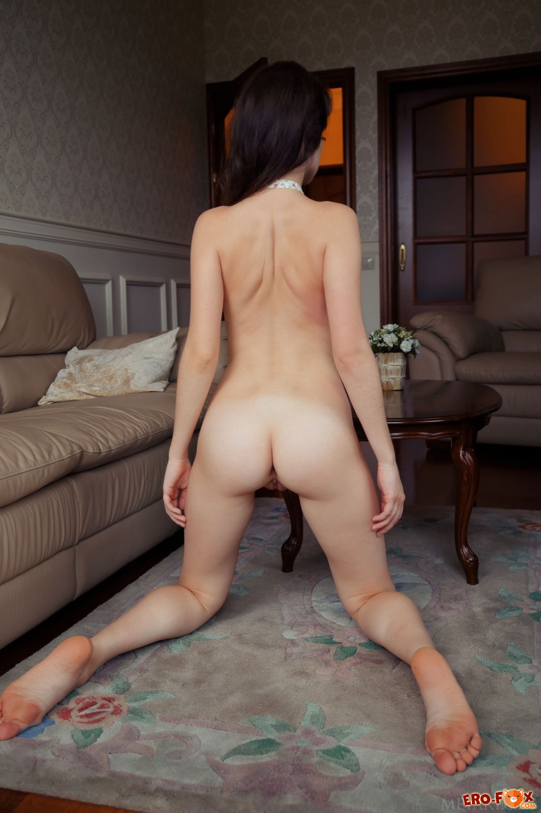 Сексуальная голая девушка в отеле
