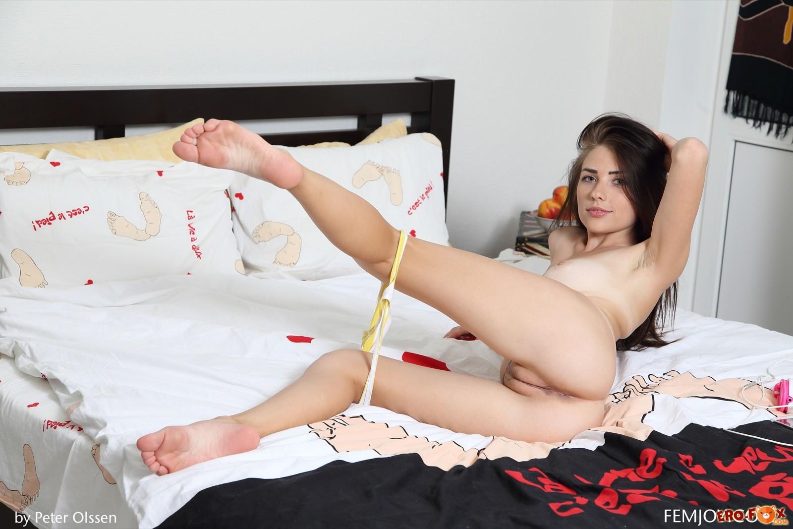 Молодая сексуальная красотка без трусиков в постели