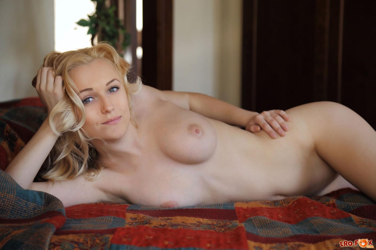 Белокурая милашка с красивым телом на кровати