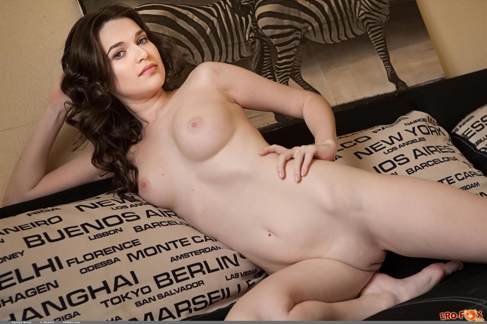 Голая подружка позирует и раздвигает ноги на диване