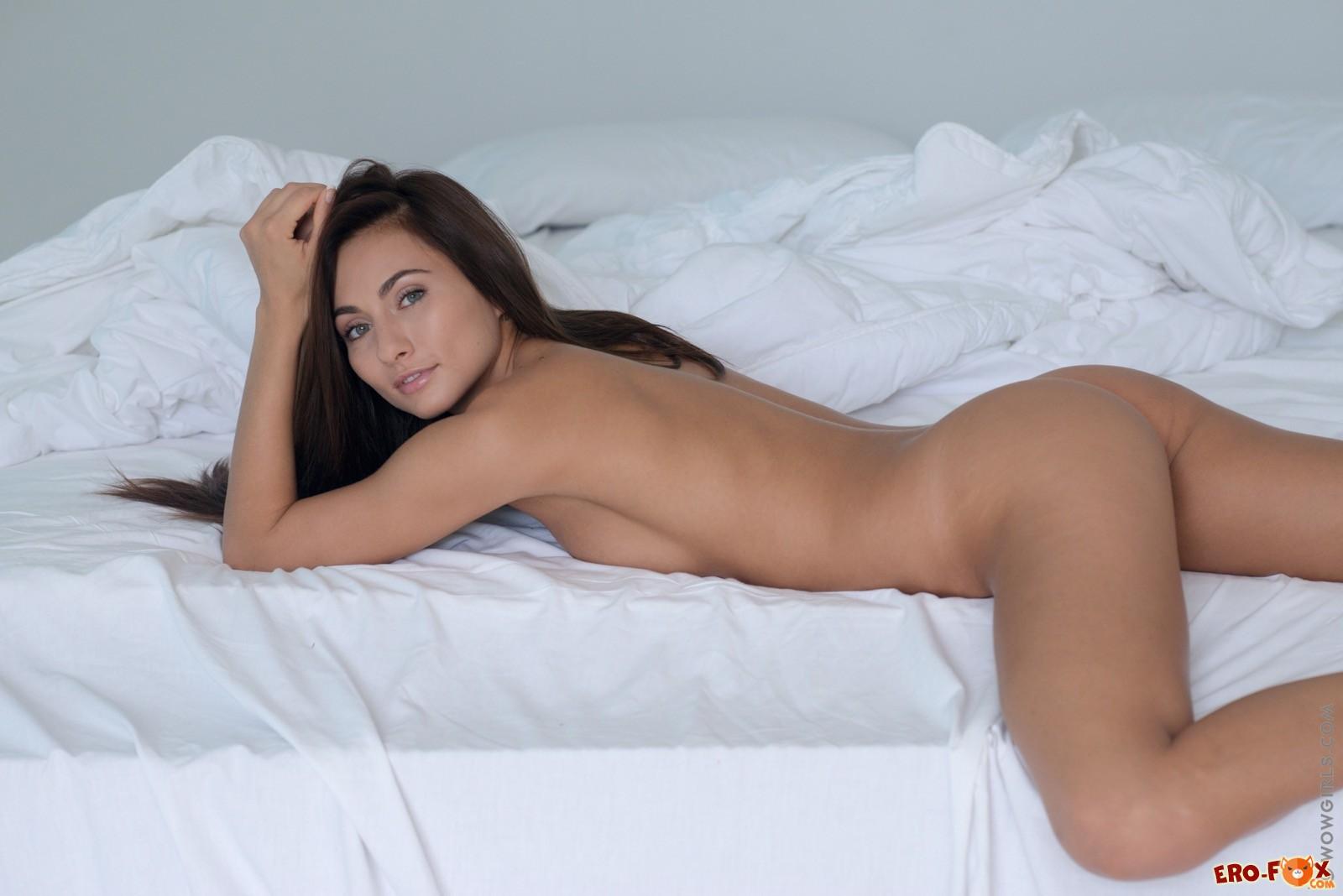 Девушка с загорелым телом голая на простынях