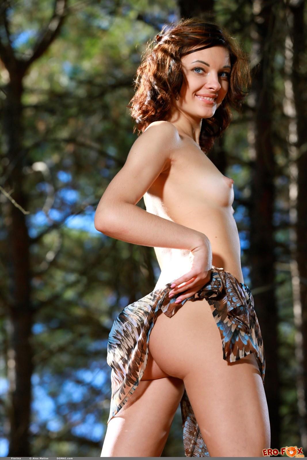 Девушка не постеснялась раздеться в лесу