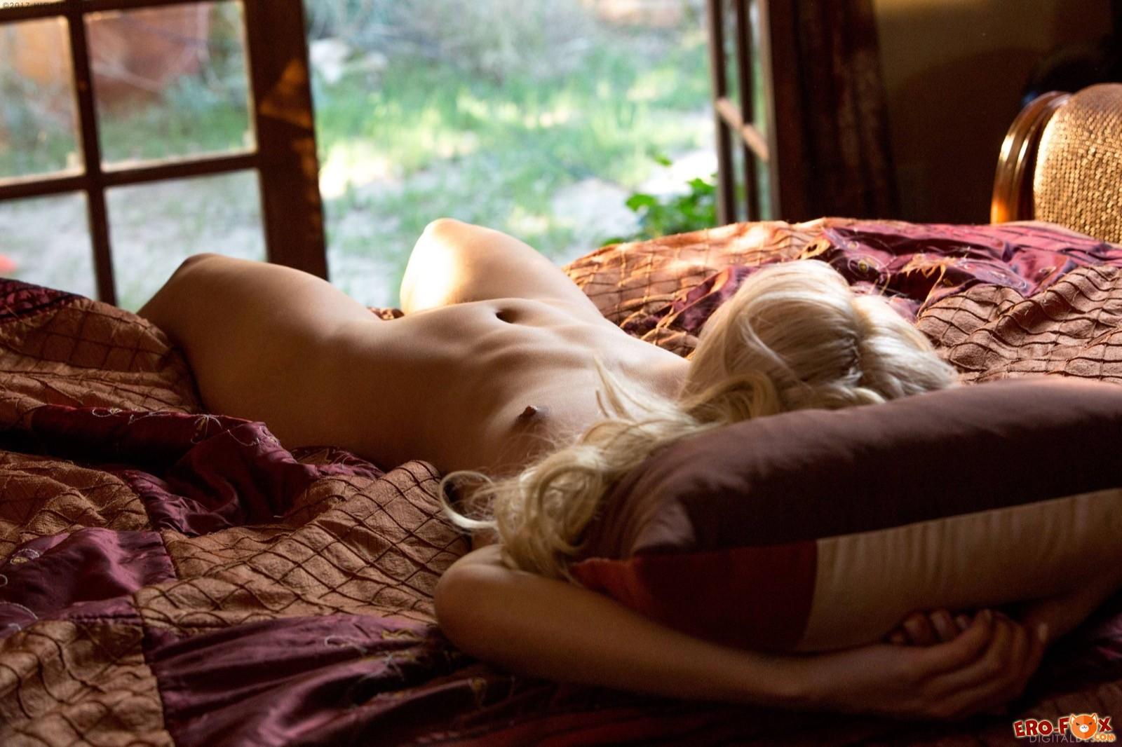 Сексуальная блондинка сняла нижнее бельё