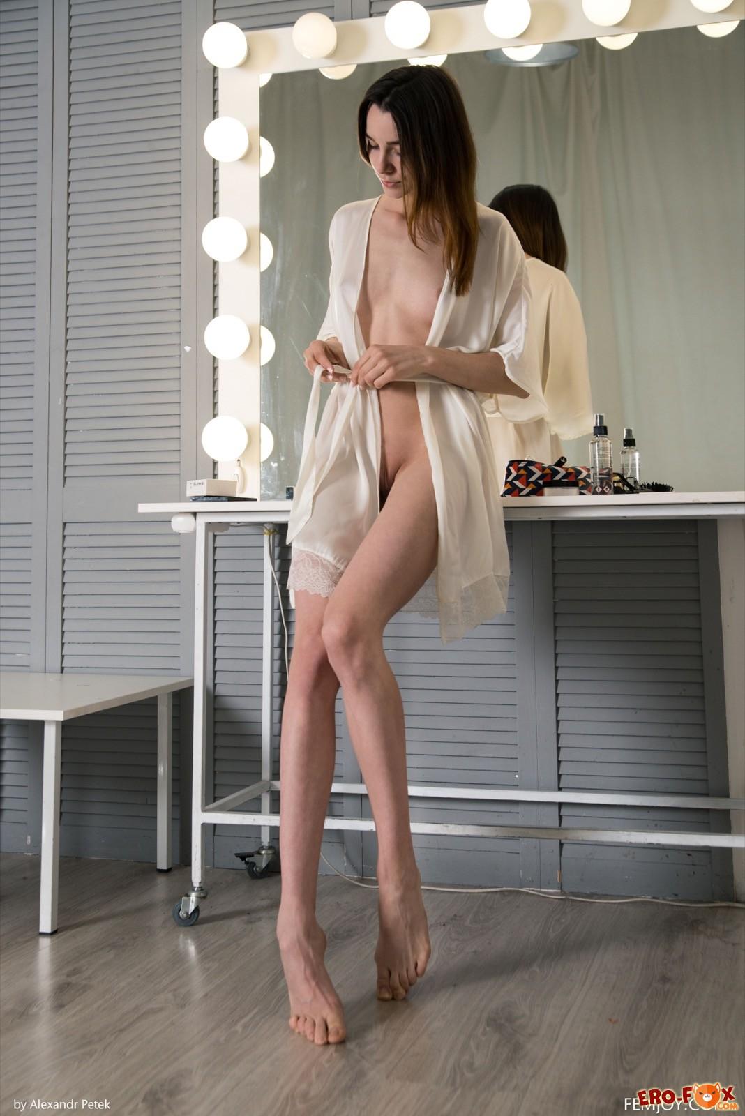 Девушка сняла шёлковый халатик с голого тела