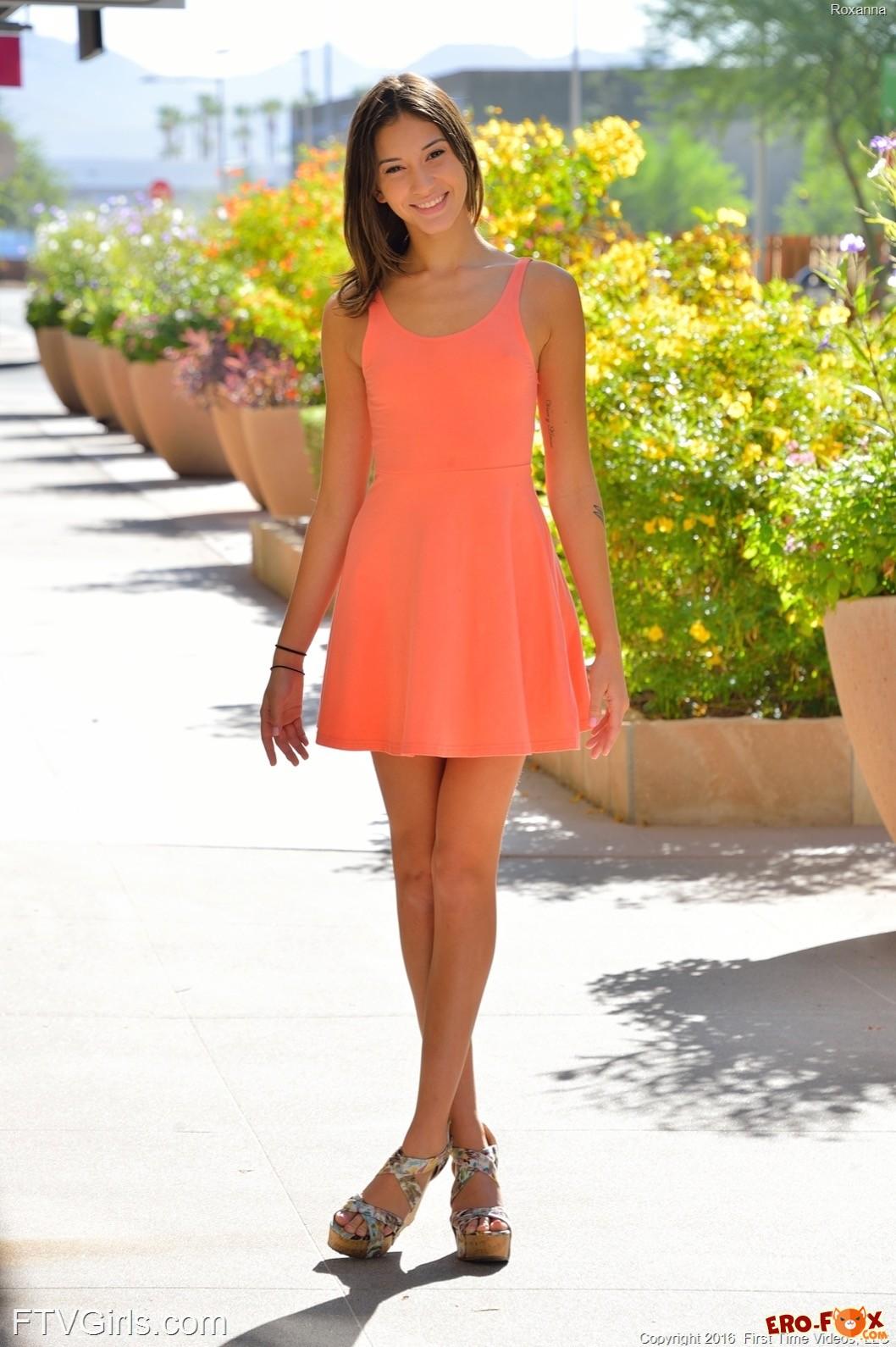 Девушка в платье без трусиков гуляет по городу