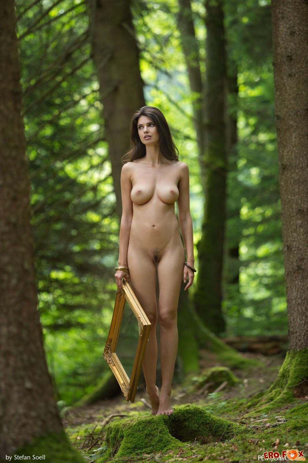 Брюнетка с большими сиськами голая в лесу