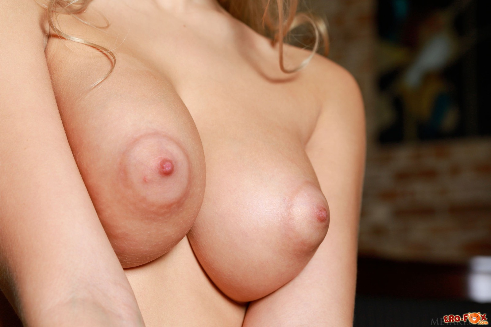 Голая блондинка с большими сосками