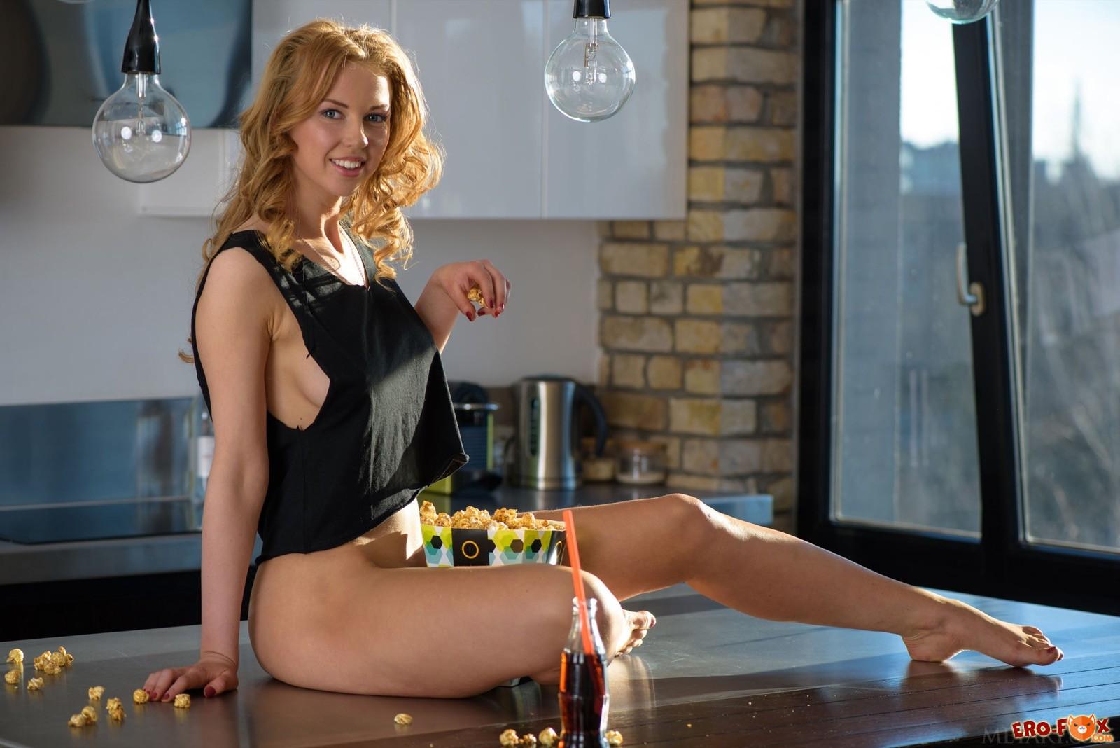 Кудрявая домохозяйка развлекается голой на столе