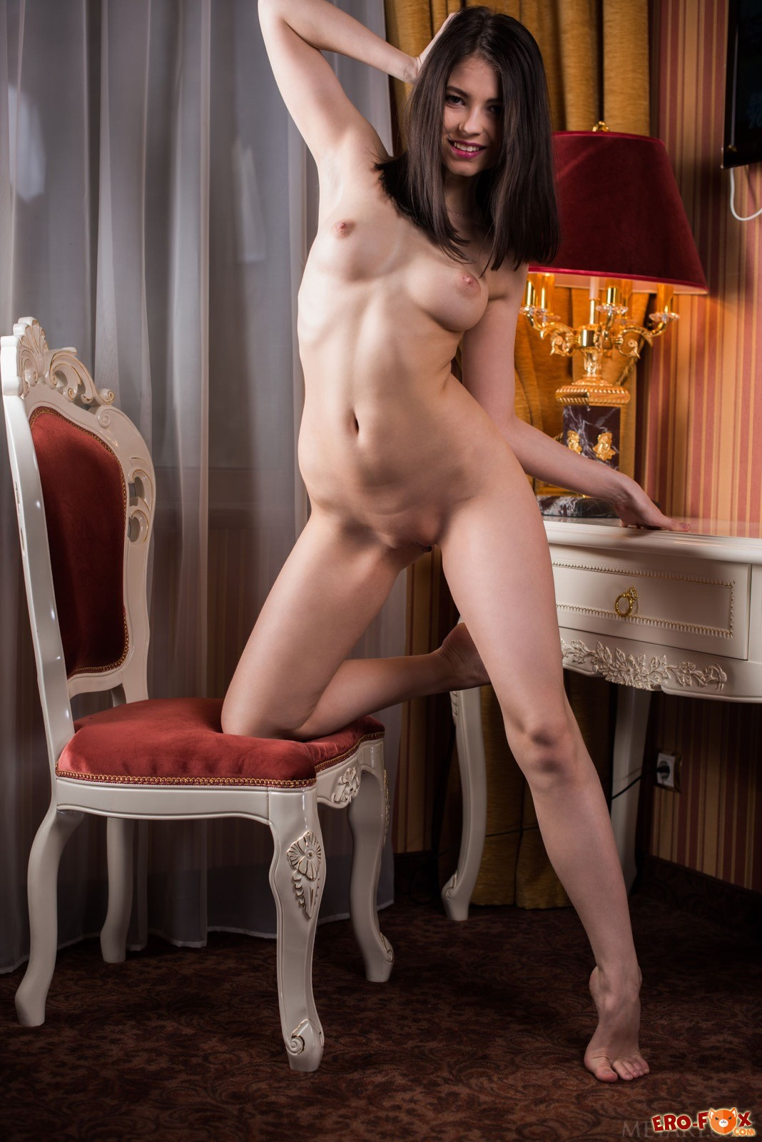 Элегантная красавица раздевается на стульчике