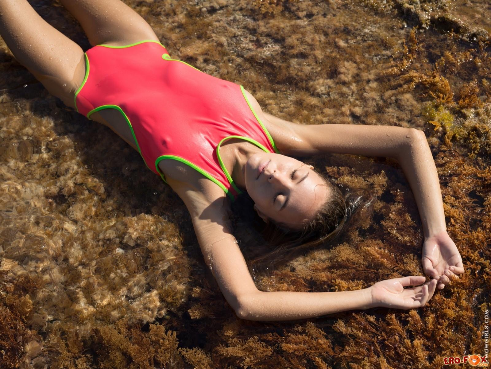 Голая милашка с упругими ягодицами купается в воде