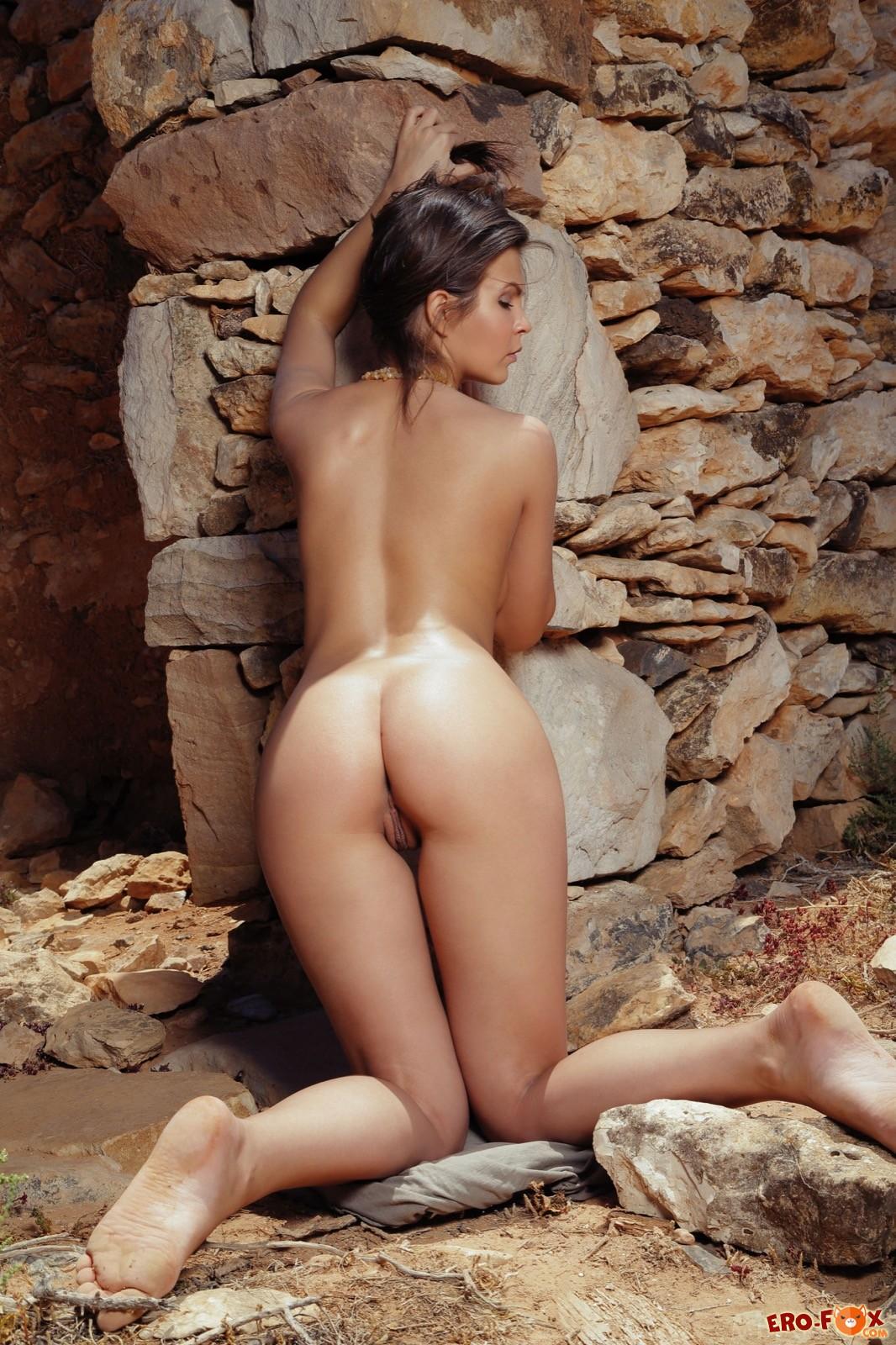 Упругая задница голой девки крупным планом