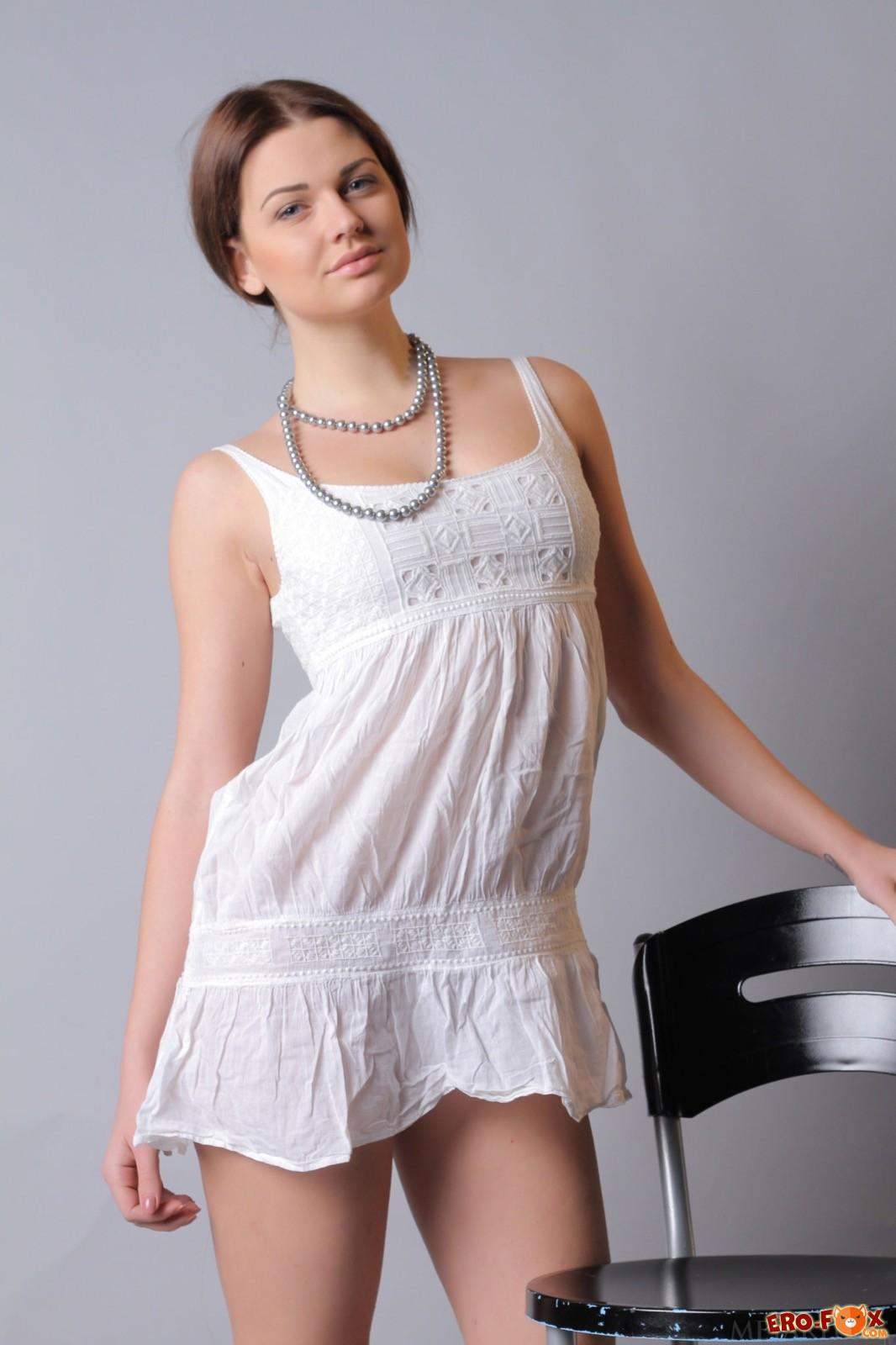 Симпатичная модель возбуждающе сняла платье и трусы