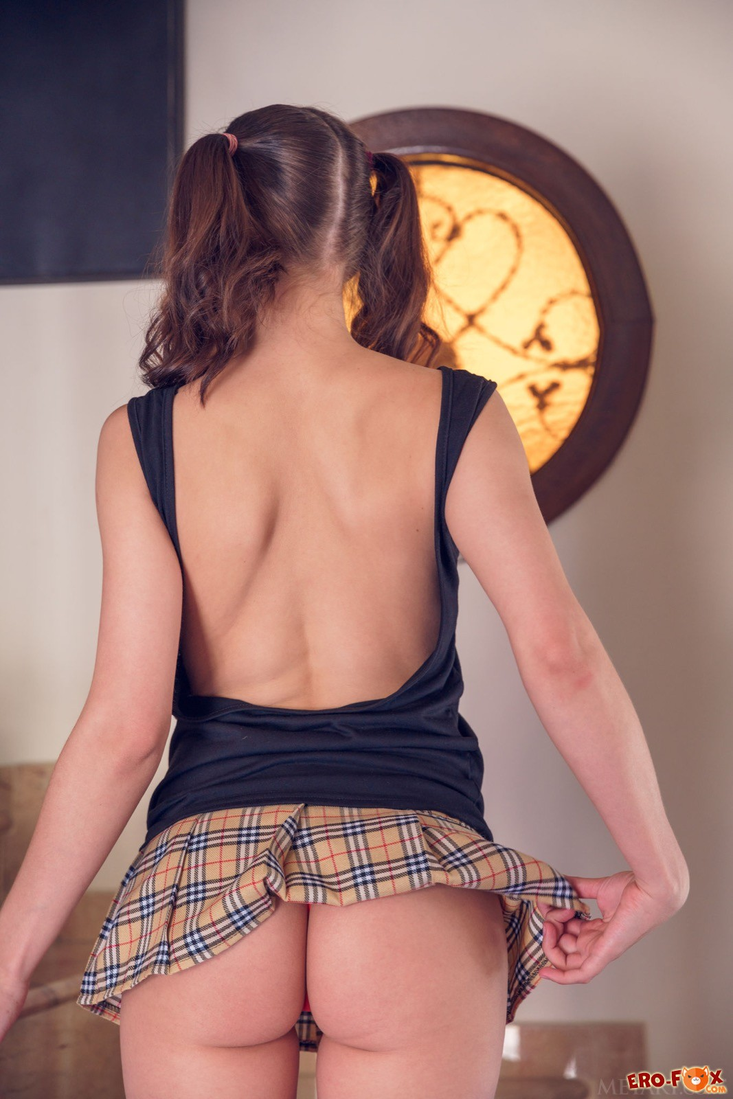 Худышка в короткой юбке сняла трусики и встала раком