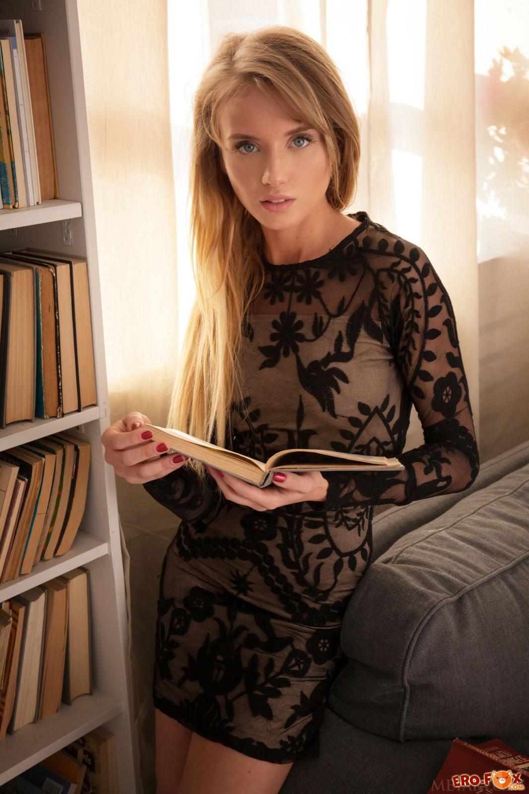 Блондинка сняв обтягивающее платье позирует голой