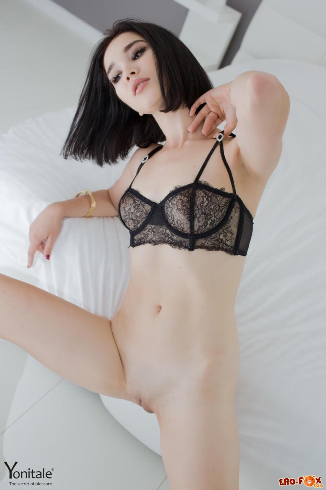 Худенькая азиатка в лифчике разделась в постели