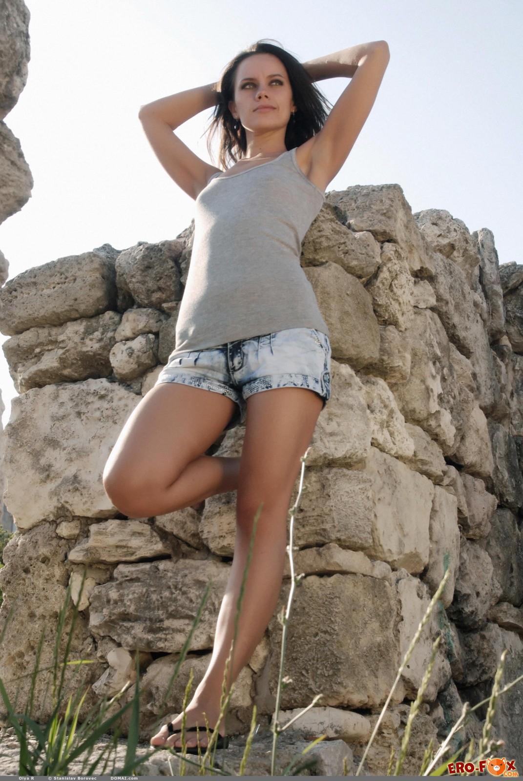 Девушка с волосатым лобком сняла шортики на природе