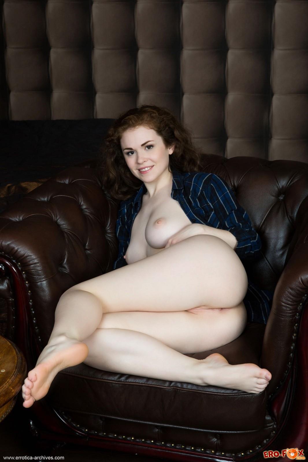 Кудрявая девушка с большими сиськами