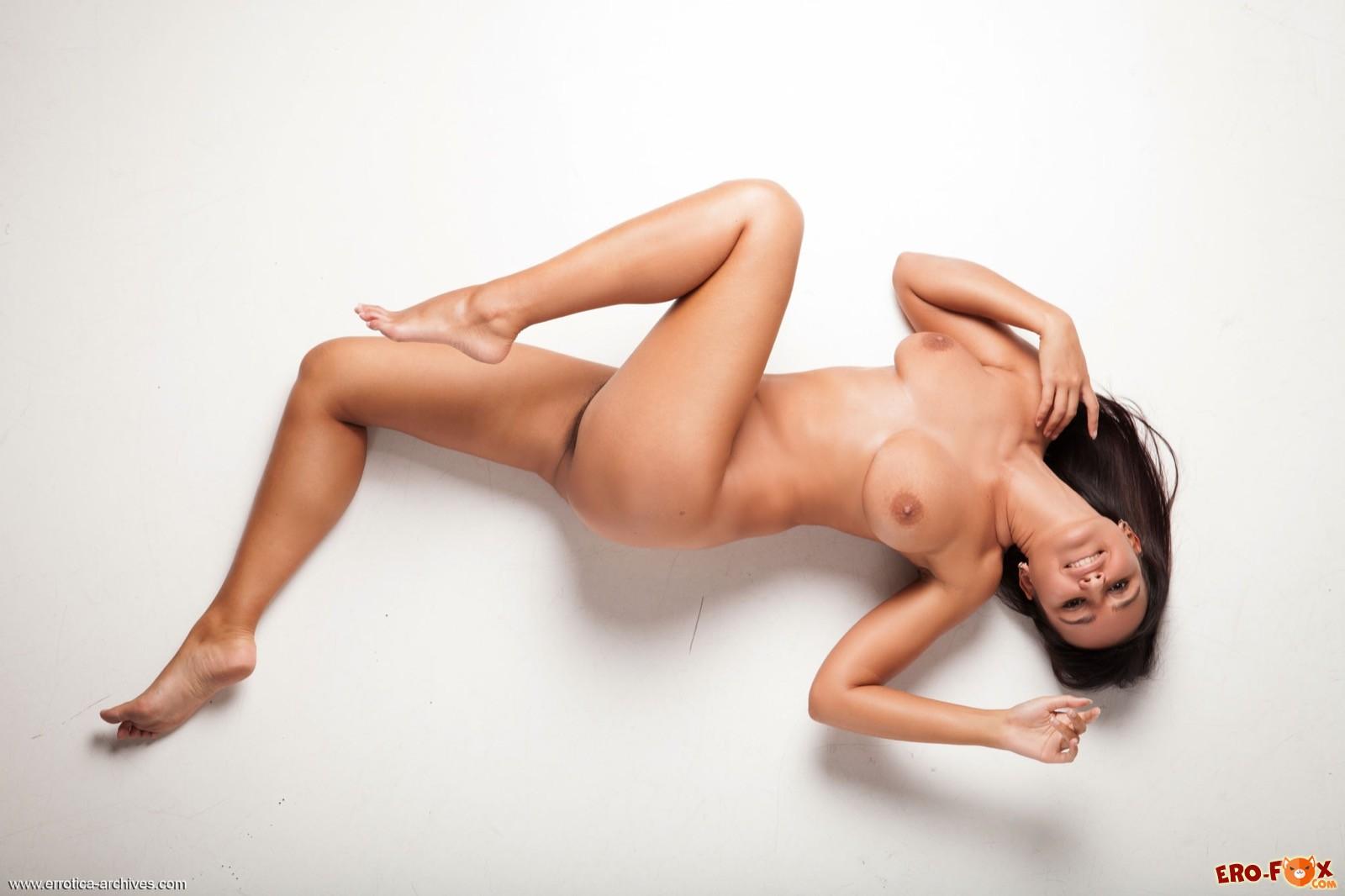 Загорелая красавица с волосатой киской лежит на полу