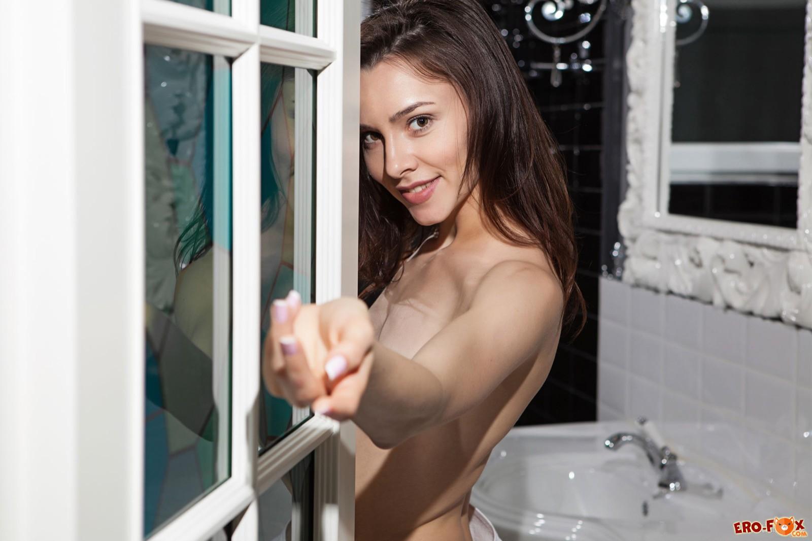 Худая милашка скинула полотенце показав тело в ванной