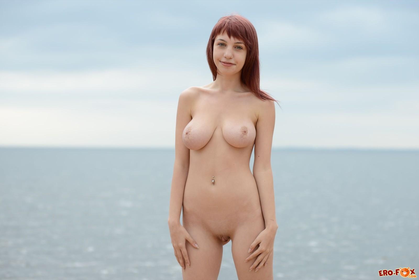 Придя на пляж молодая девушка оголила висячую грудь