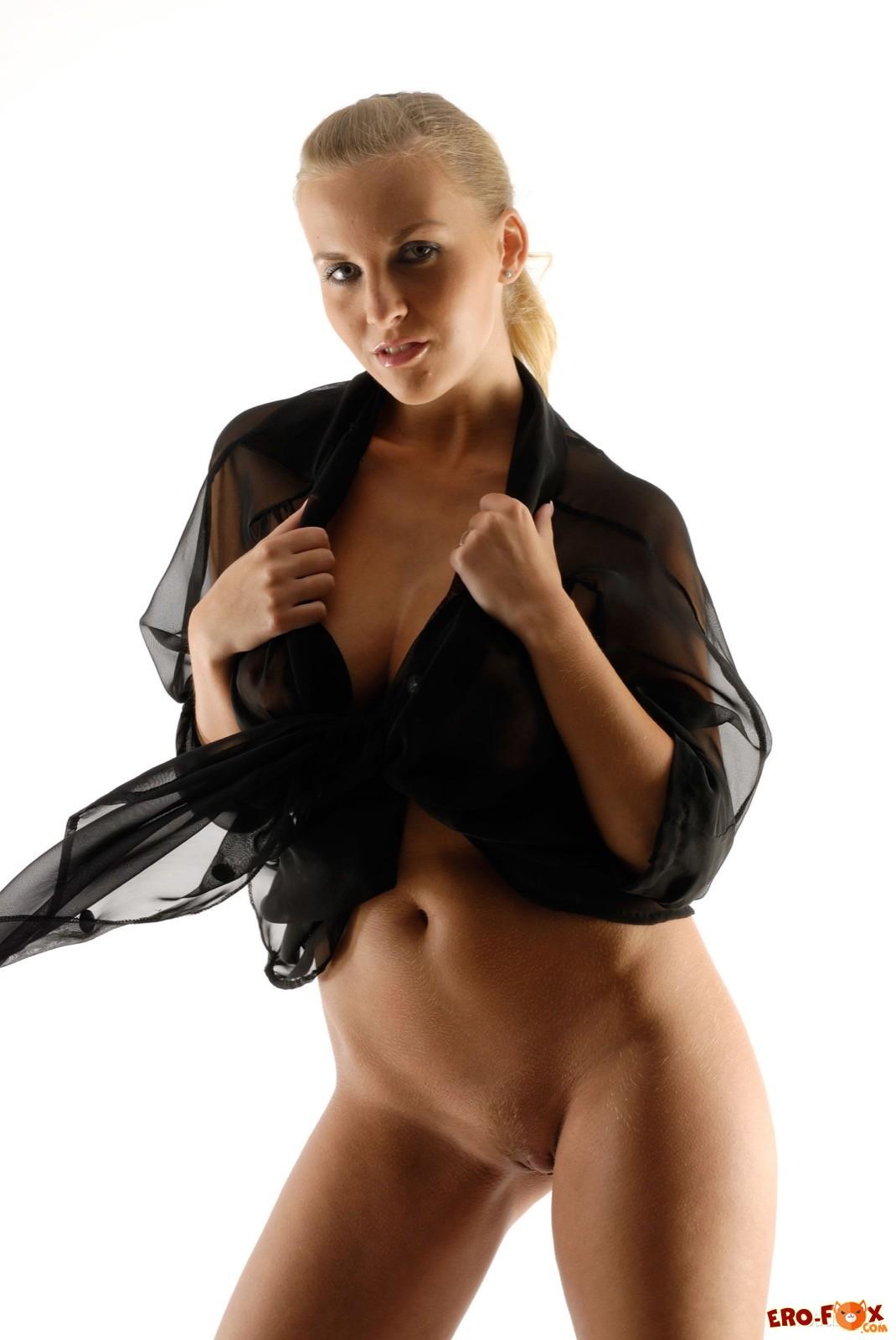 Блондинка с большими натуральными дойками