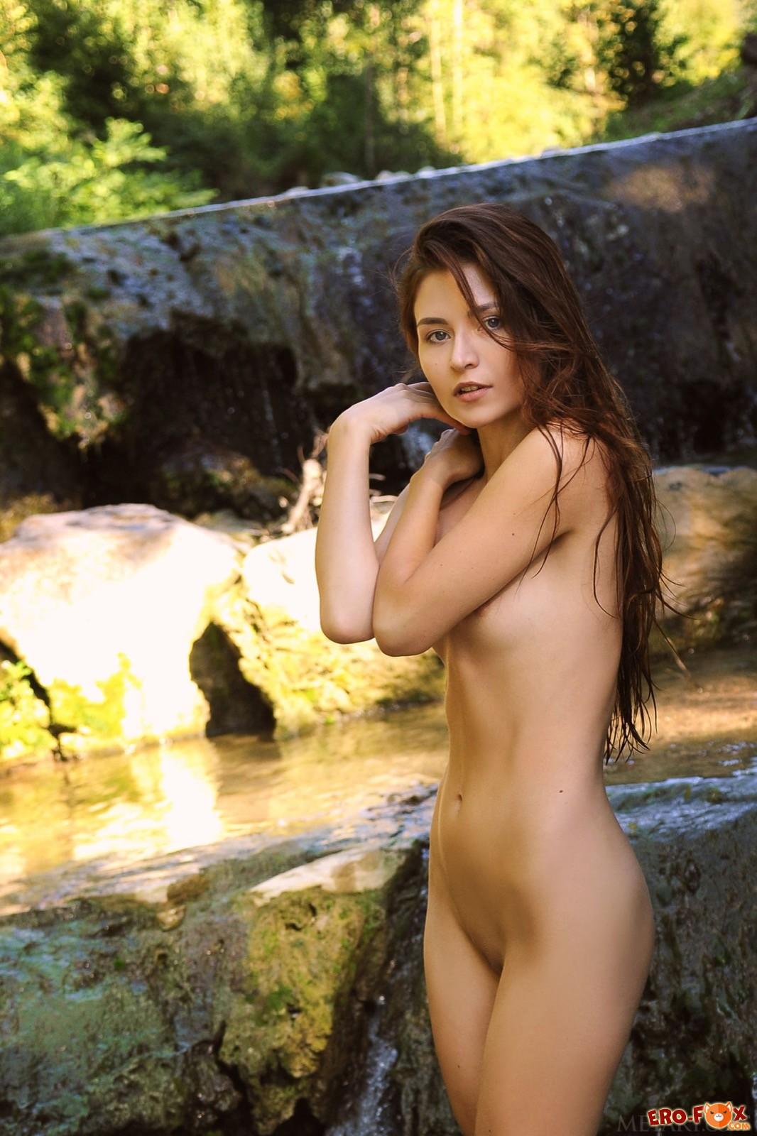 Шатенка в бикини оголилась рядом с водопадом