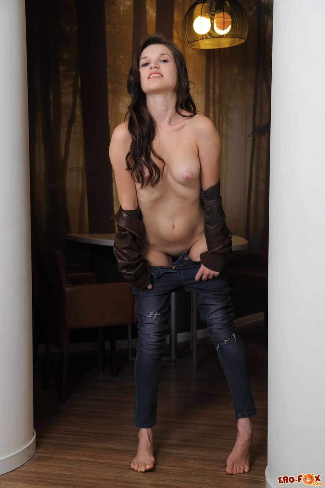 Сексуальная девушка в кожаной куртке и джинсах