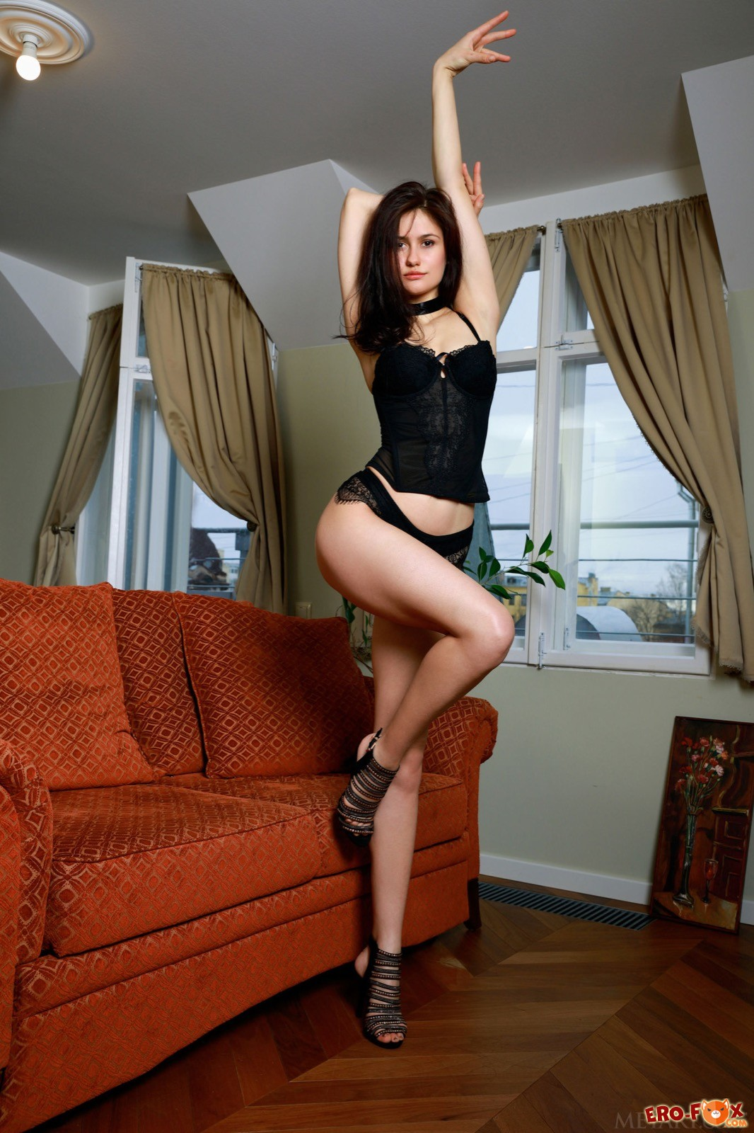 Голая стройная девушка с красивым телом
