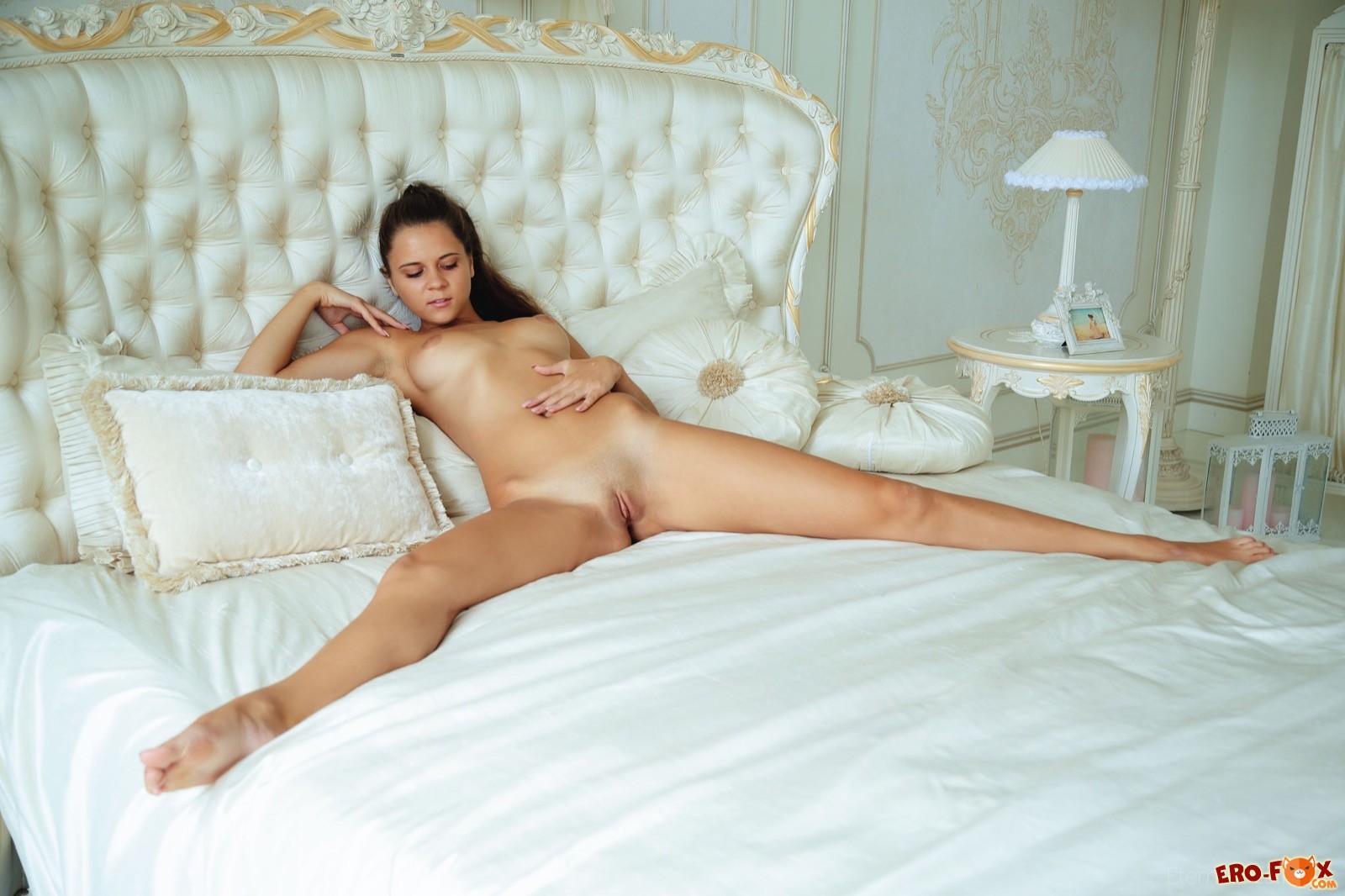 Красивая голая задница стройной девушки в постели