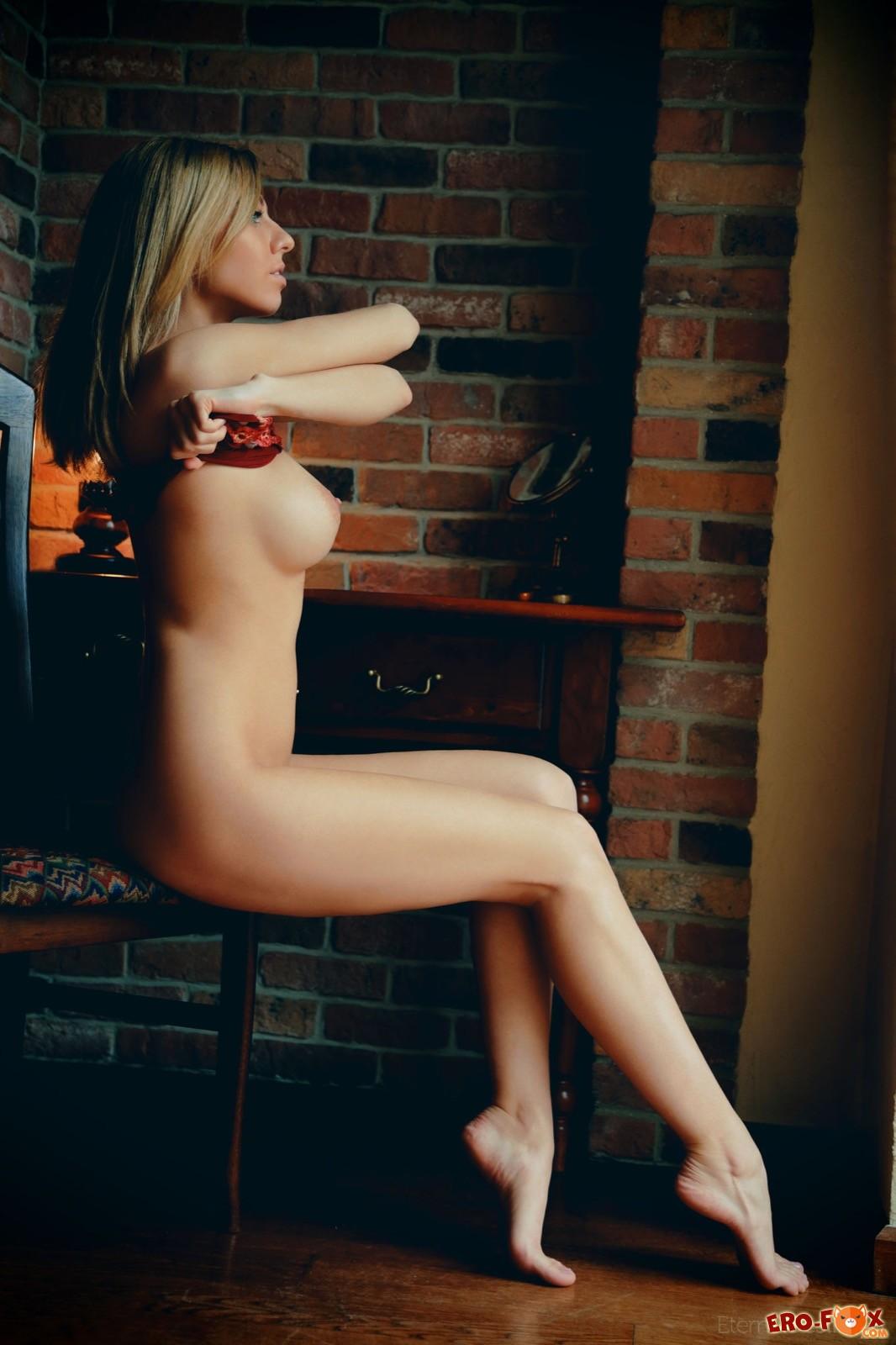 Нежная девка с крупными упругими сиськами