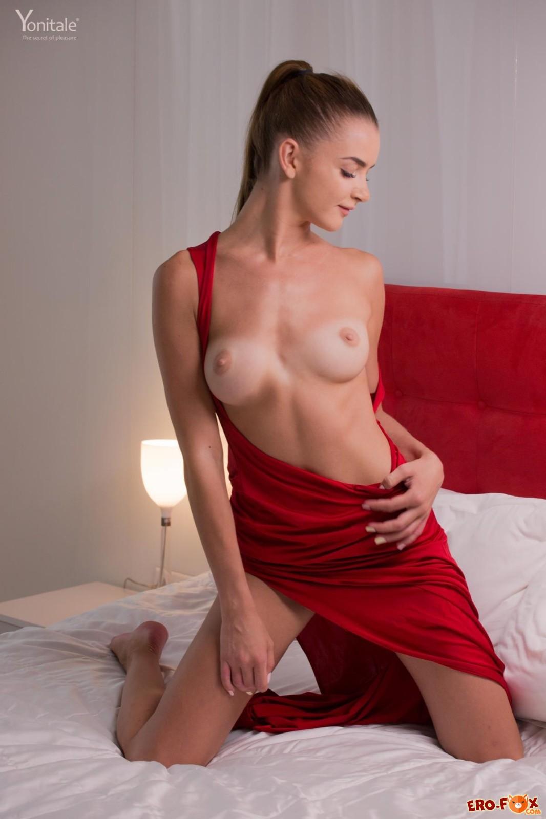 Девушка с длинными ножками сняла платье в постели