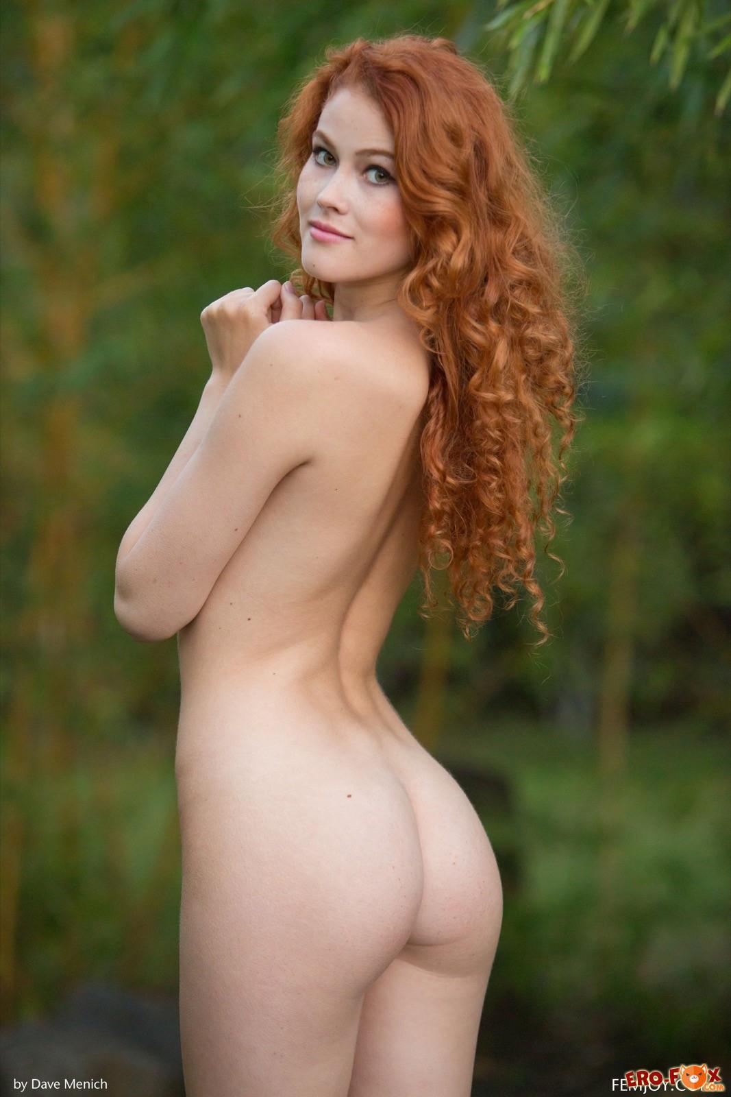 Рыженькая красотка оголила письку и грудь на природе