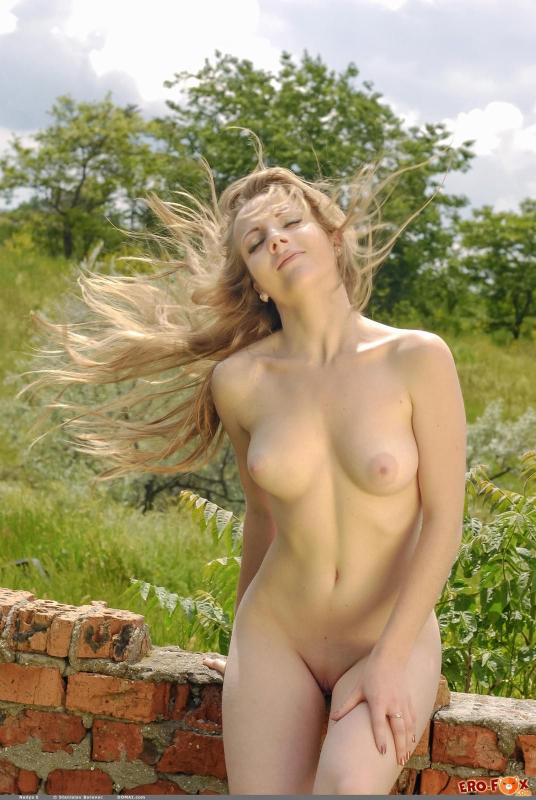 Голенькая красавица с бритой писькой на природе