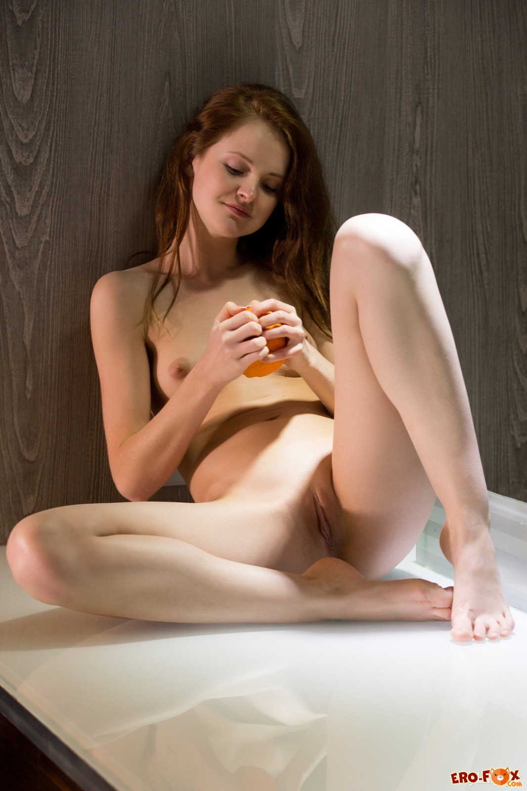 Голая девушка с небольшой грудью