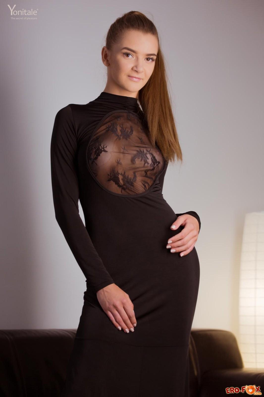 В длинном платье без трусиков задрала юбку