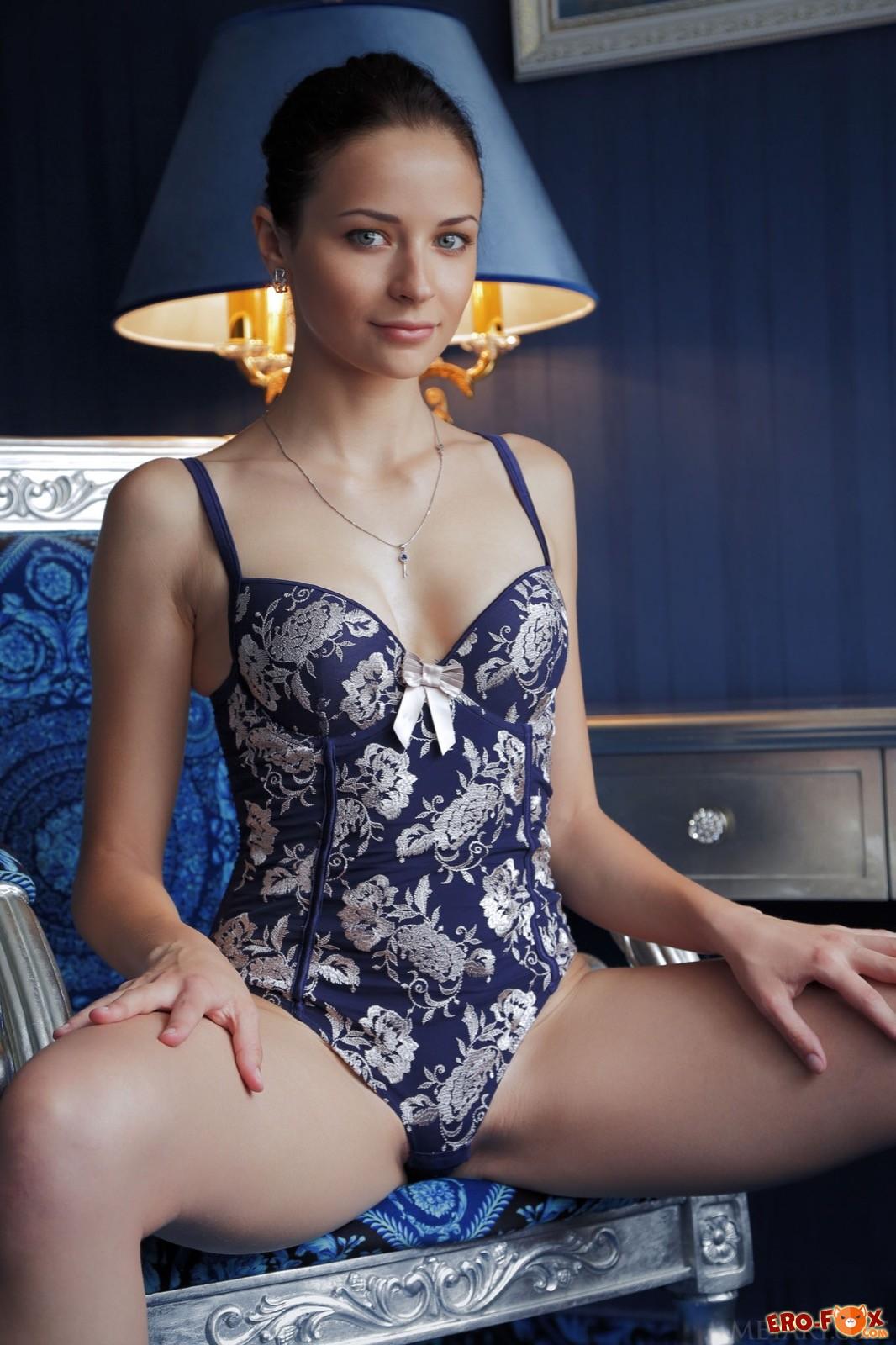 Красавица в боди показала стройную фигуру в кресле