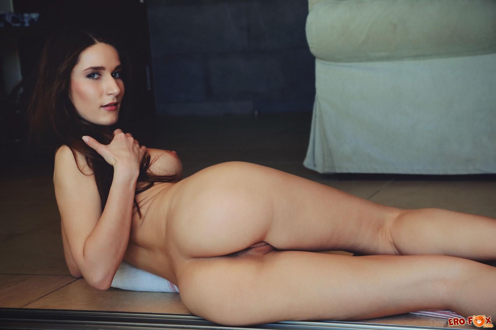 Сексапильная стройняшка устроилась голой на полу