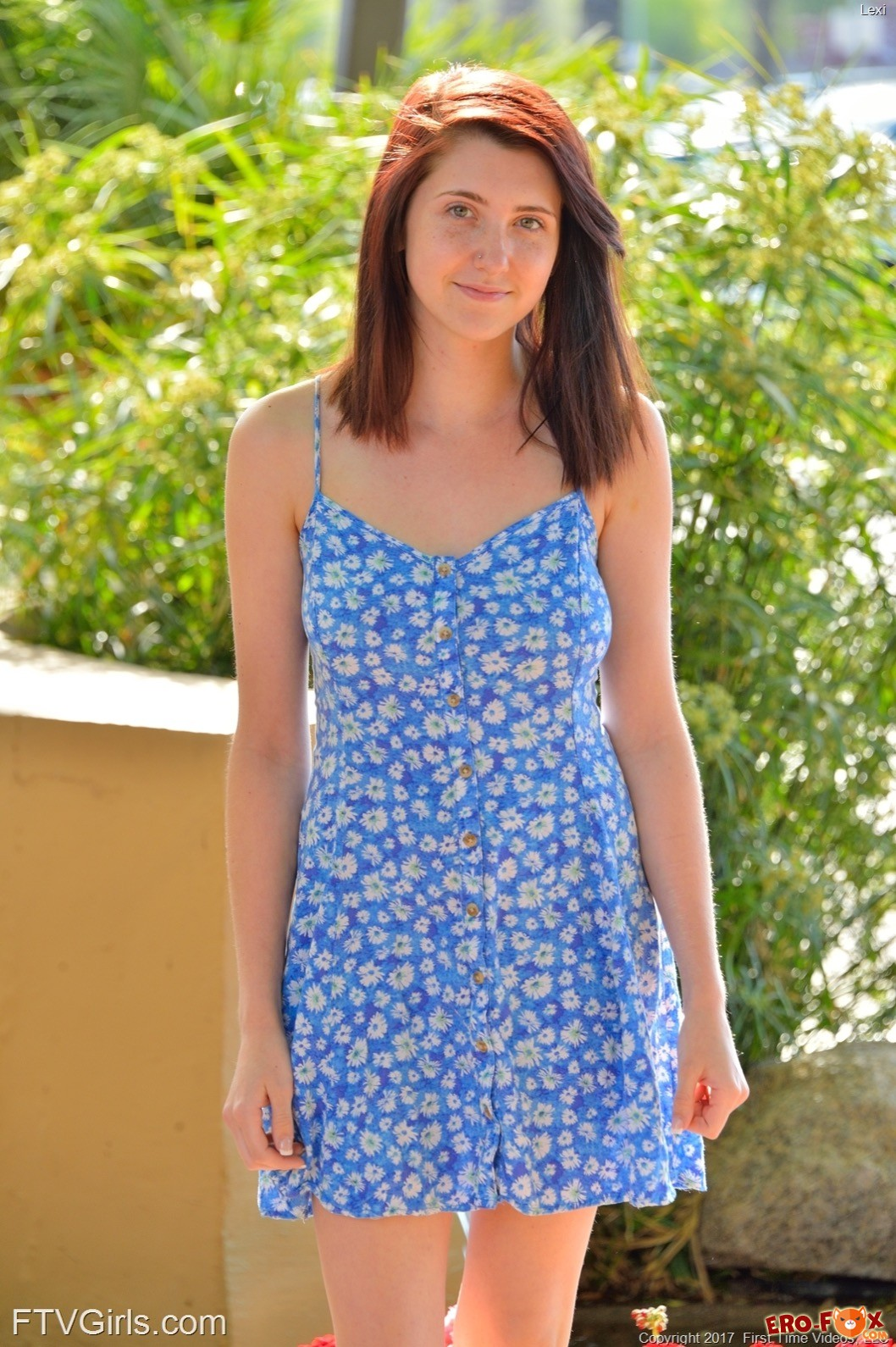 Молодая эксгибиционистка снимает платье в городе