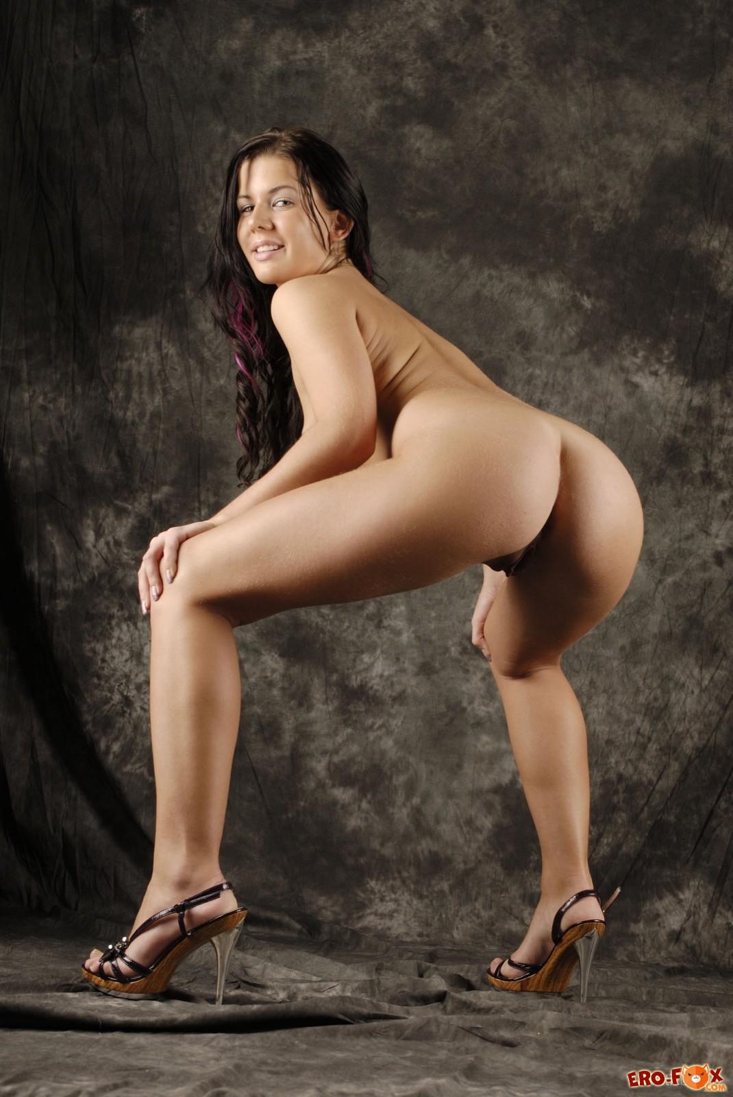 Страстная девица оказалась на эротичной фотосессии
