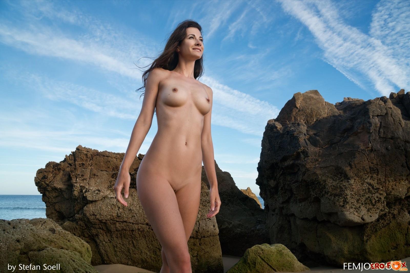 Красотка с торчащими сосками позирует голой на пляже