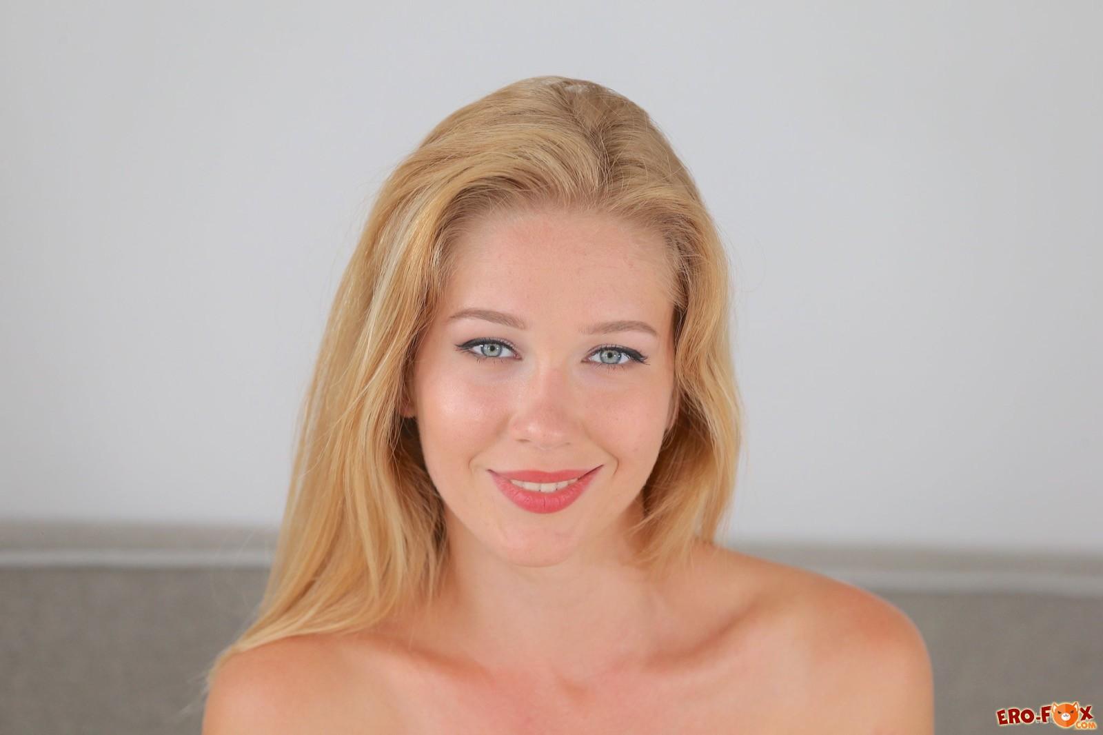 Шикарная блонда засвечивает упругие булки в постели